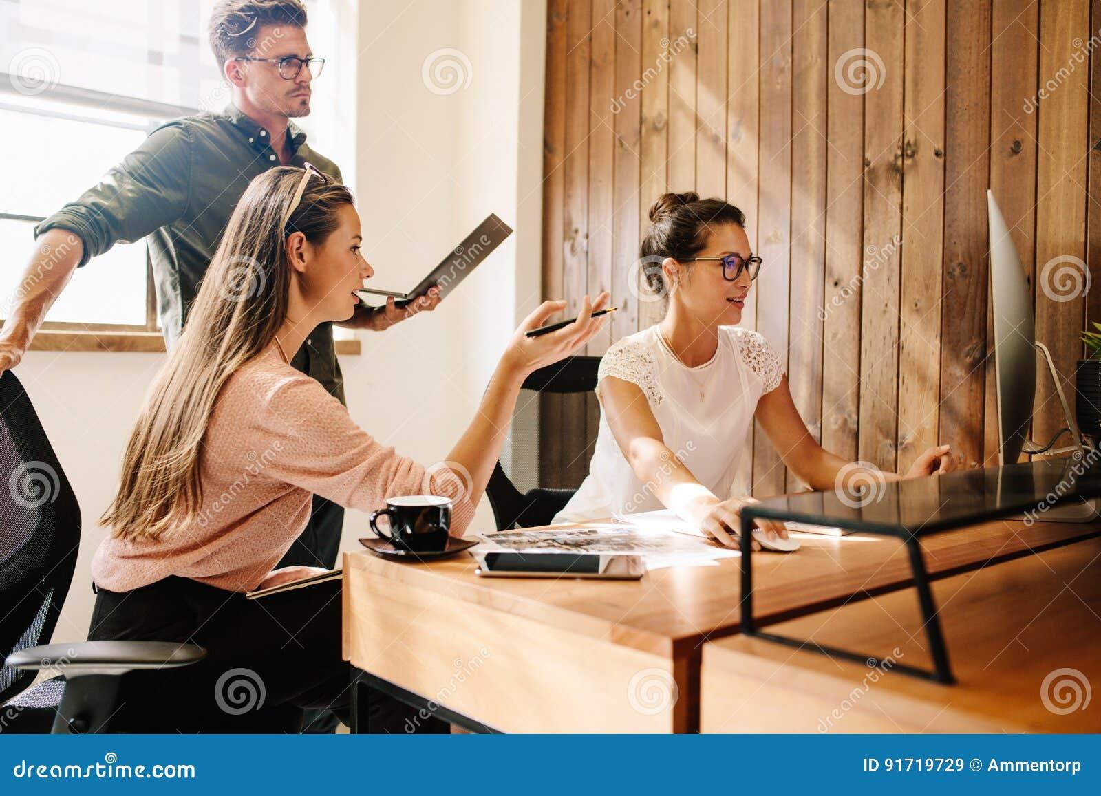 Start commercieel team die aan computer werken