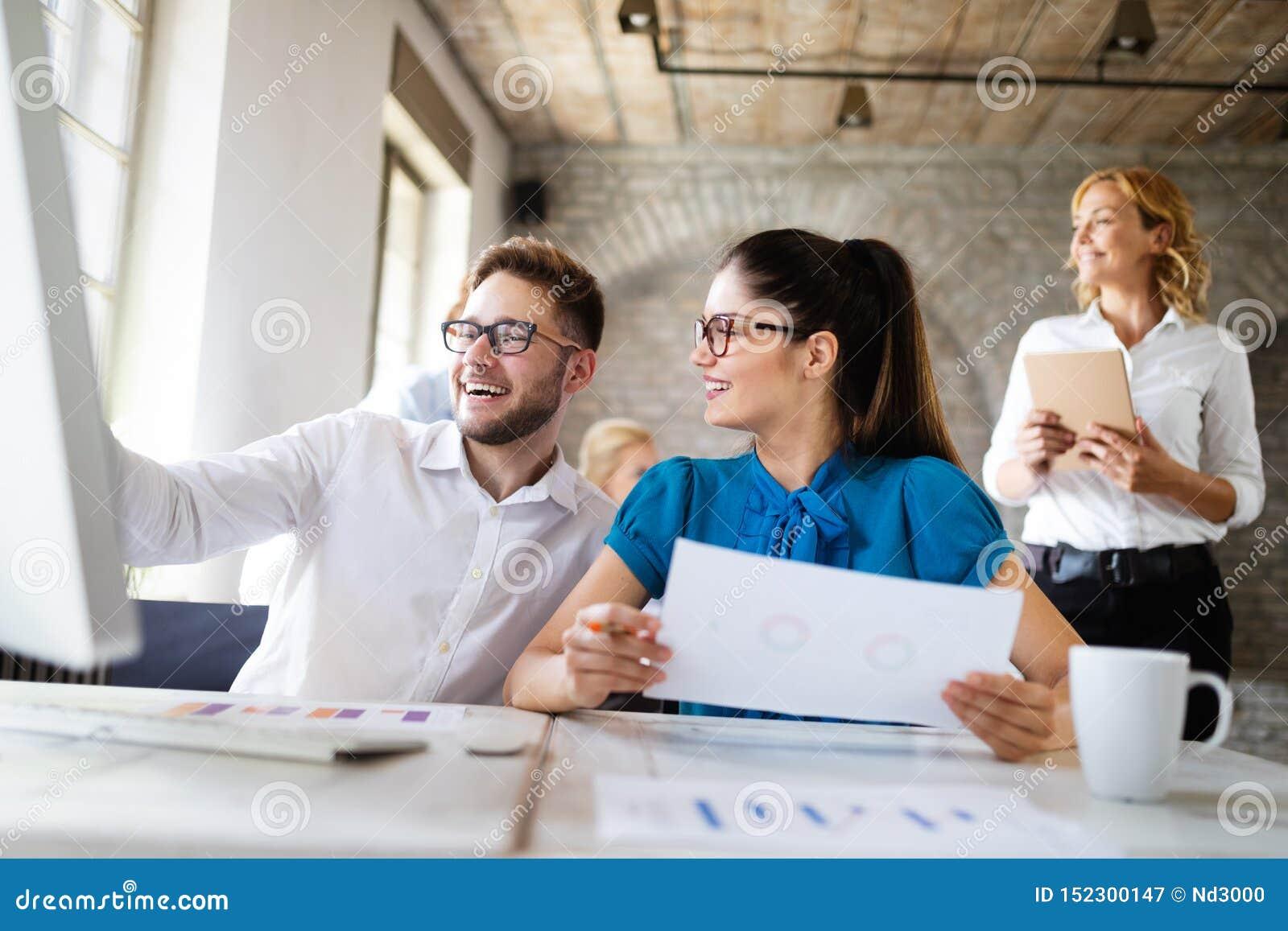 Start commercieel team op vergadering in moderne heldere bureau binnenlandse brainstorming, die aan computer werken