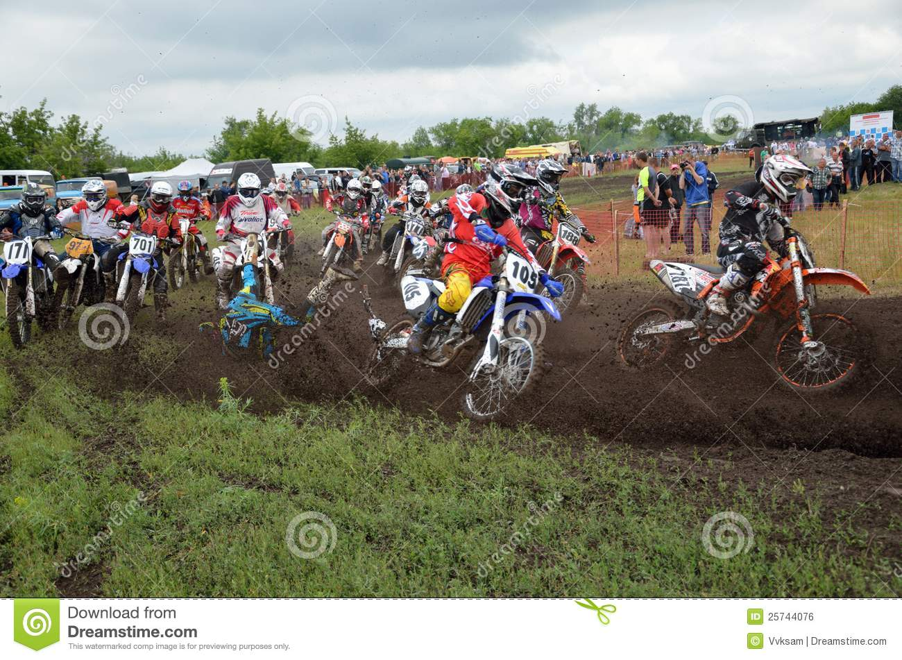 Start crash the motocross group of riders