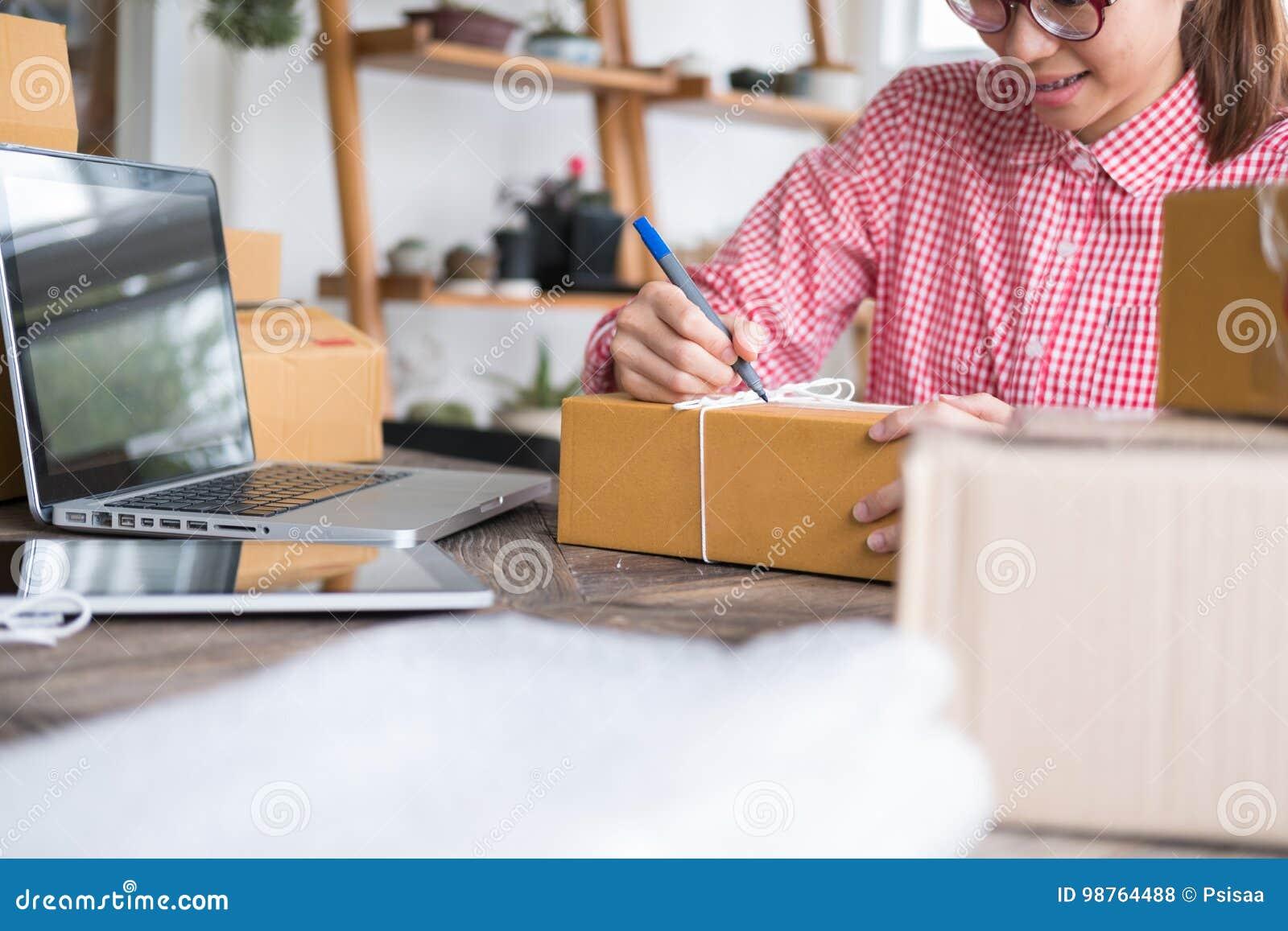 Start kleine het bedrijfseigenaar schrijven adres op kartondoos a