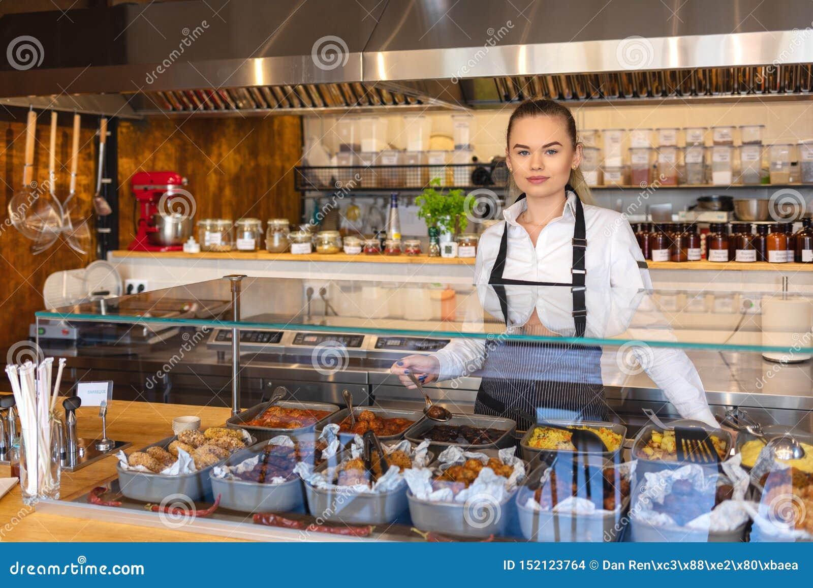 Start succesvolle kleine bedrijfseigenaarvrouw die achter tegen, Jonge ondernemer of serveerster dienend voedsel werken,