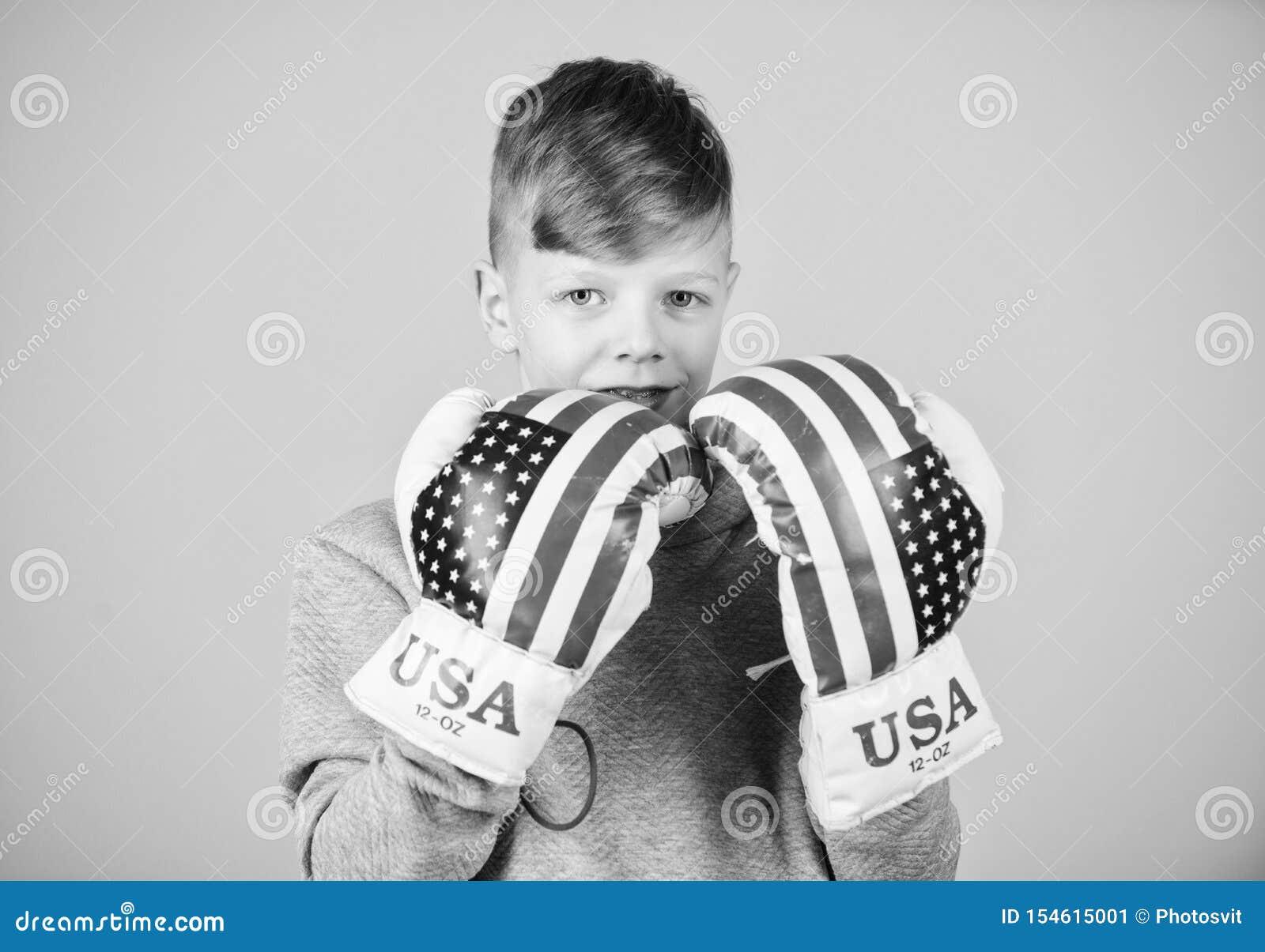 Starta att boxas karri?r Amerikanskt boxarebegrepp Sportig idrottsman nen f?r barn som ?va boxas expertis Boxningsport towards