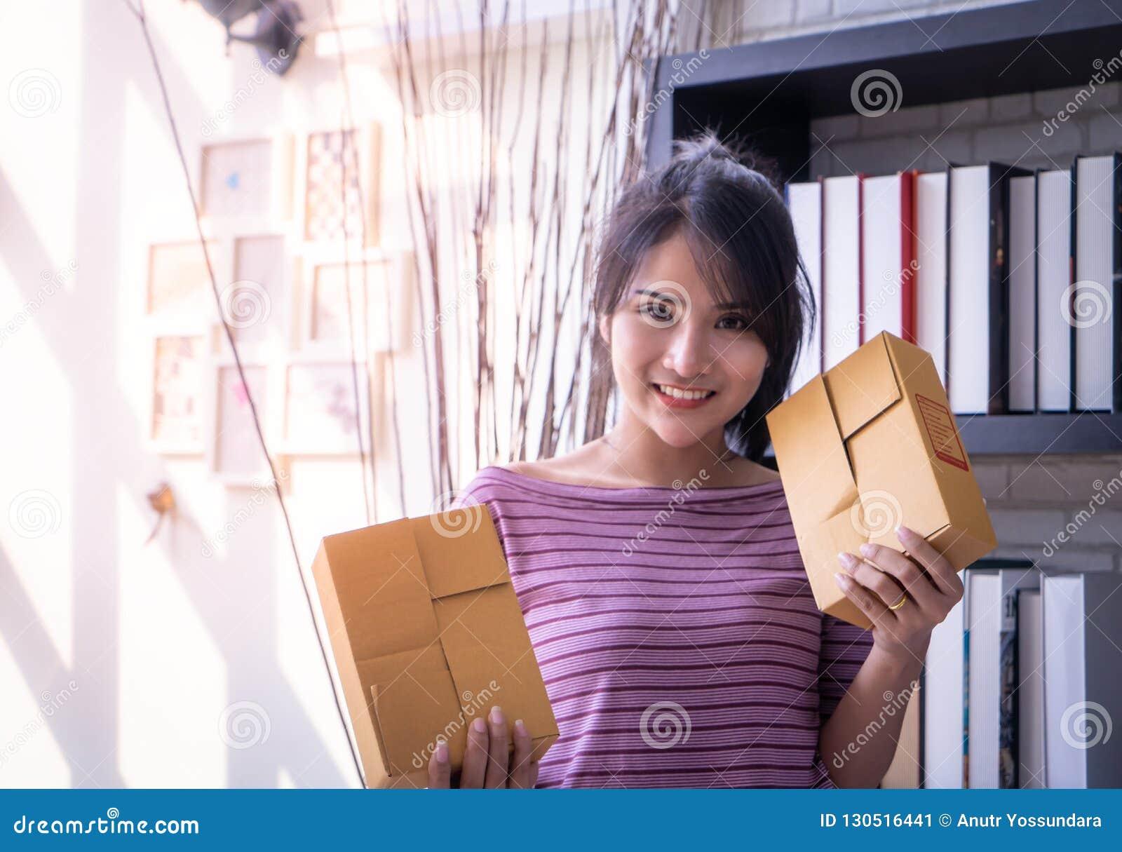 Starta upp askar för leveransen för affärskvinnan som hållande är klara att överföra