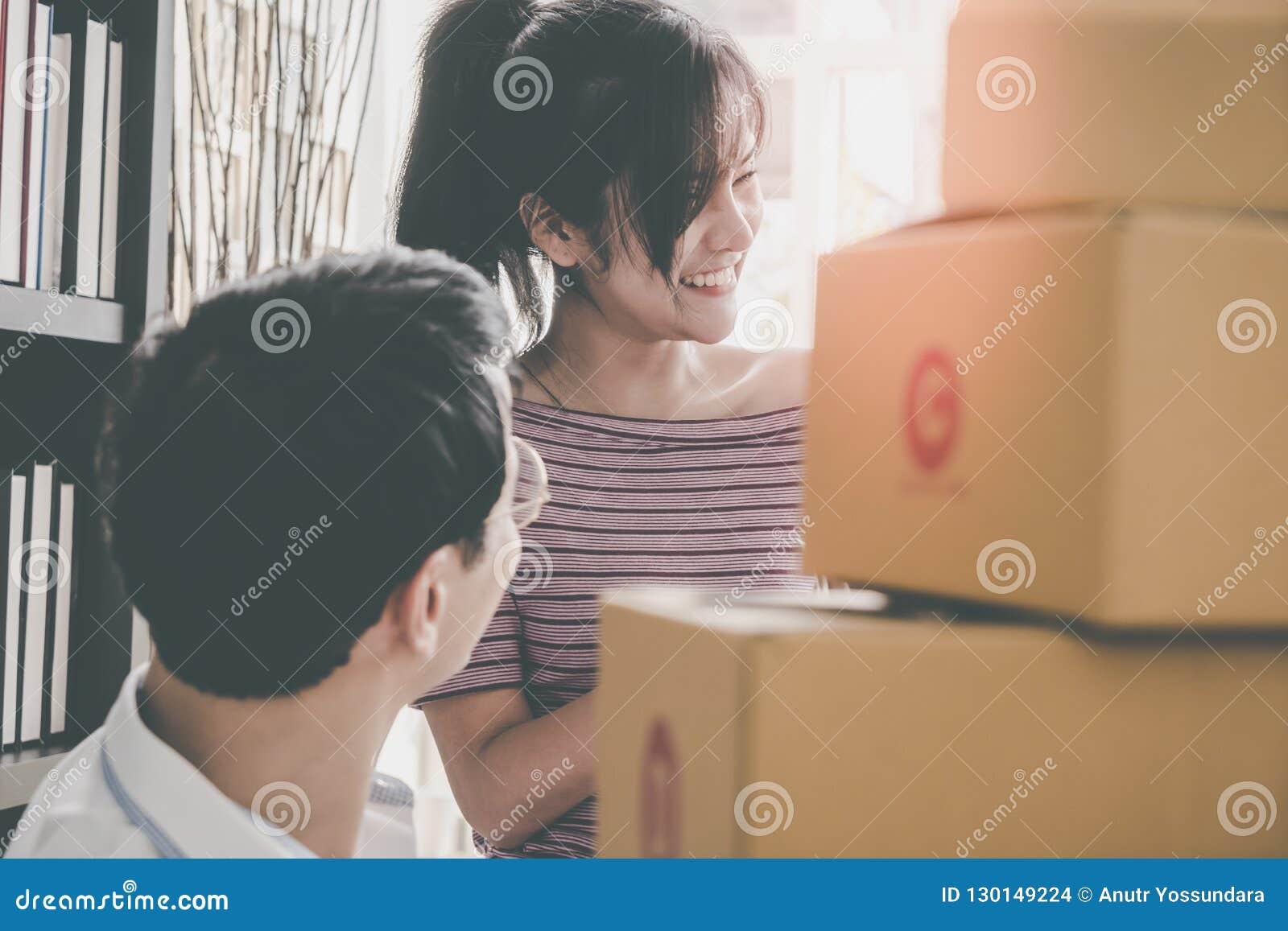 Starta upp laget av online-återförsäljareemballageaskar för att överföra ut till cu