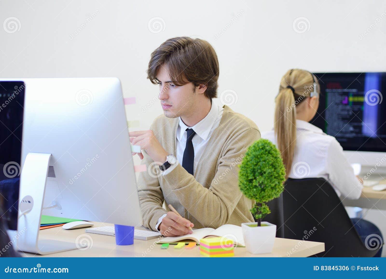 Startgeschäft, Softwareentwickler, der an Computer im modernen Büro arbeitet