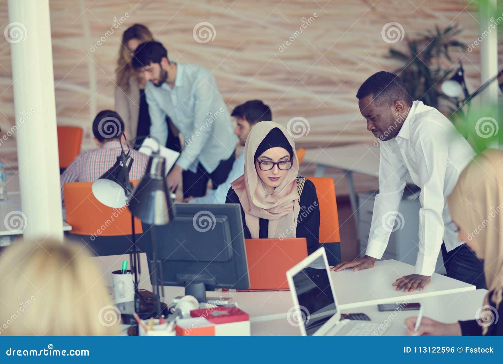 Startgeschäftsleute gruppieren arbeitenden täglichen Job im modernen Büro