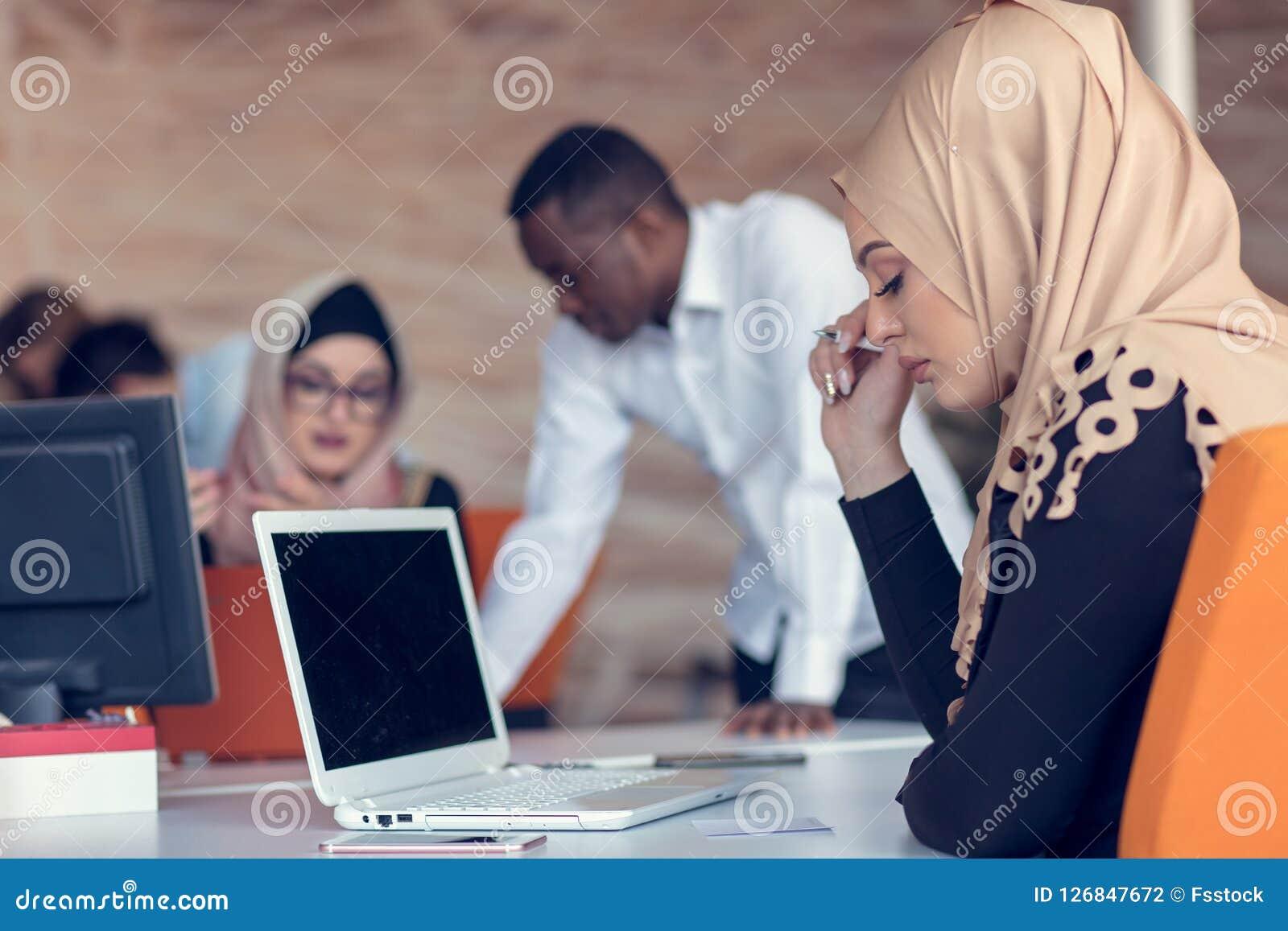 Startgeschäftsleute gruppieren arbeitenden täglichen Job im modernen Büro Technologiebüro, Technologiefirma, Technologiestart, Te