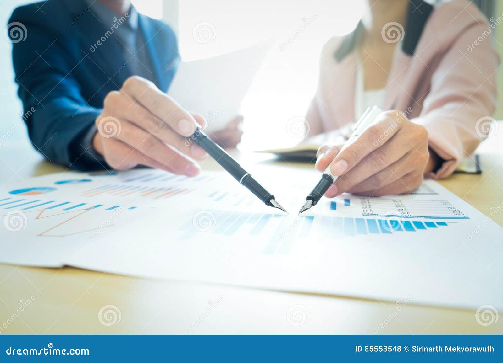Startgeschäftsteamwork-Sitzung analysieren Marketing-Daten