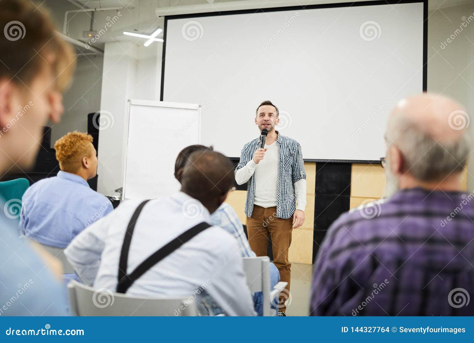 Startondernemer die zijn project voorleggen op conferentie