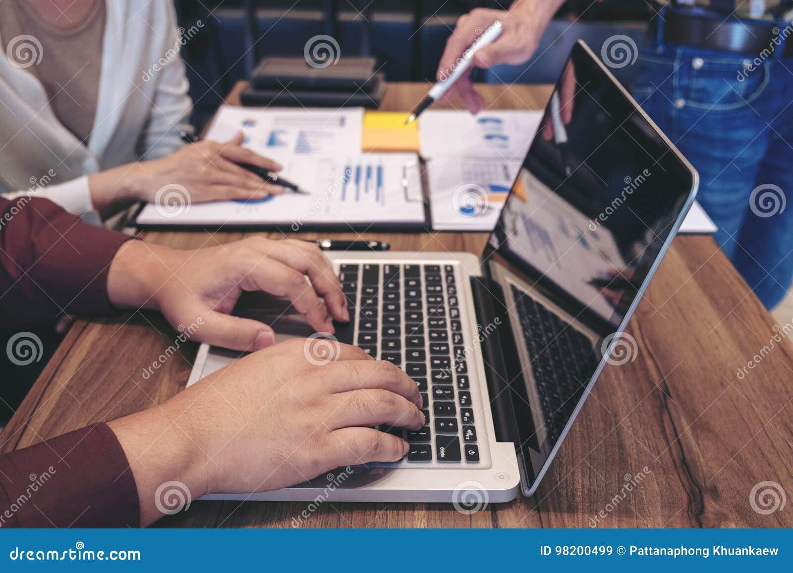 Download Startup бизнесмены групповой встречи, молодых творческих сотрудников Стоковое Изображение - изображение насчитывающей маркетинг, компьютер: 98200499