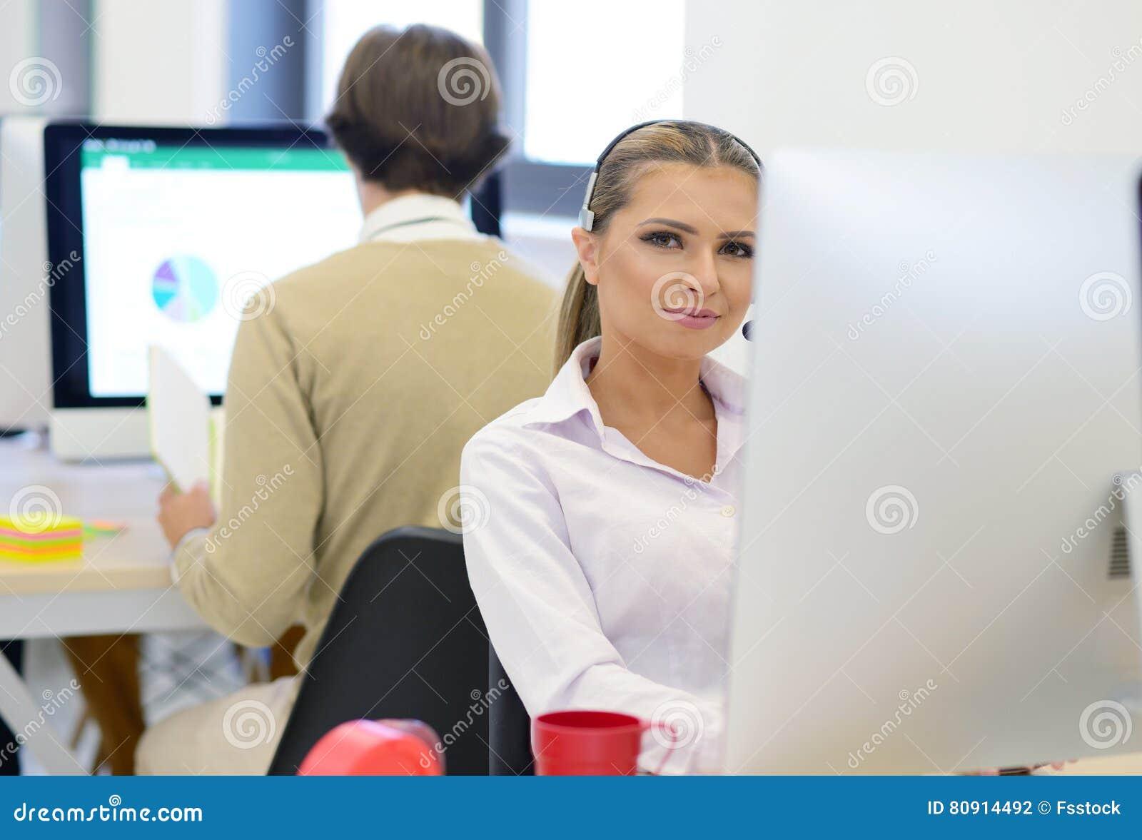 Startup дело, молодая красивая женщина как разработчик программного обеспечения работая на компьютере на современном офисе
