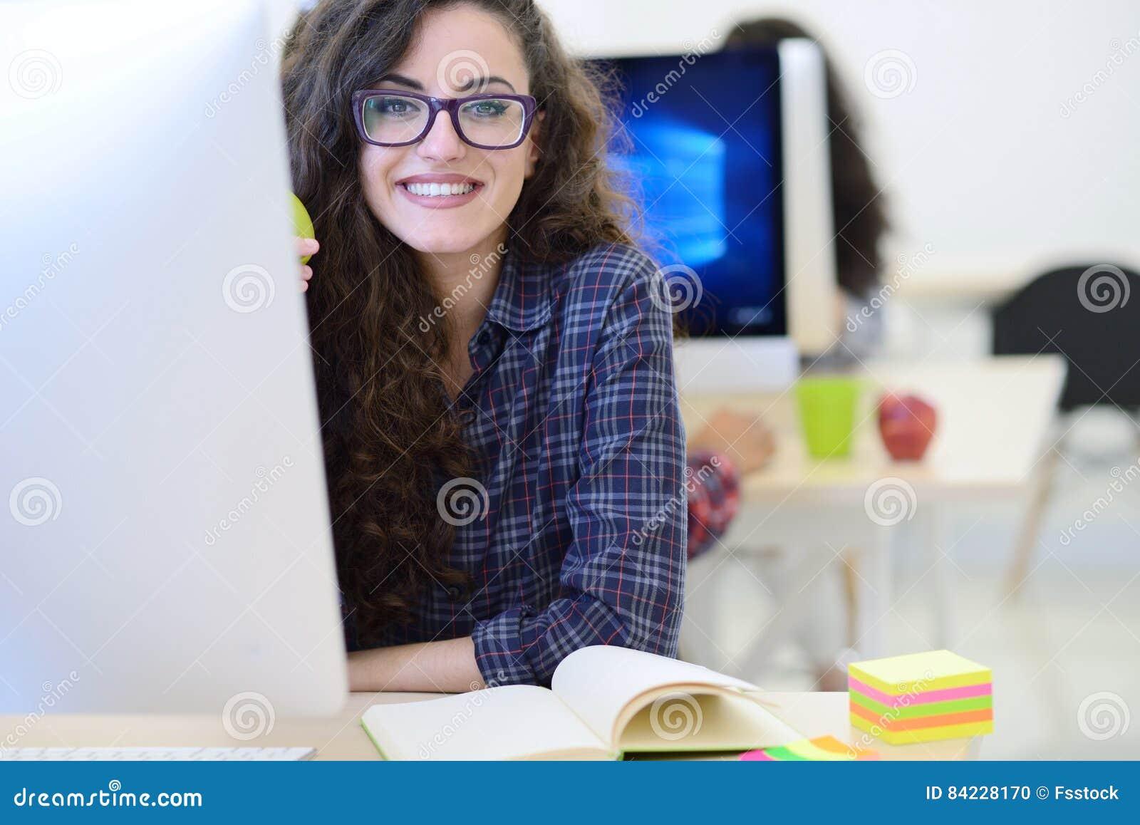 Startup affär, programvarubärare som arbetar på datoren på det moderna kontoret