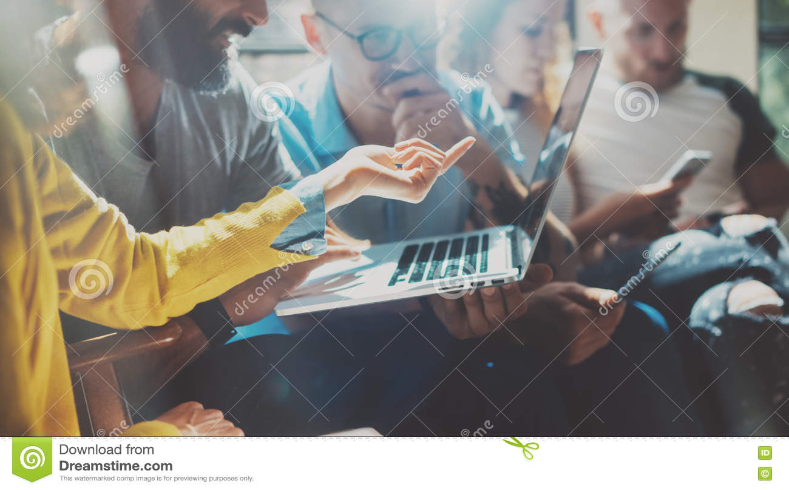 Startup begrepp för möte för mångfaldteamworkidékläckning AffärsTeam Coworker Analyze Strategy Laptop process