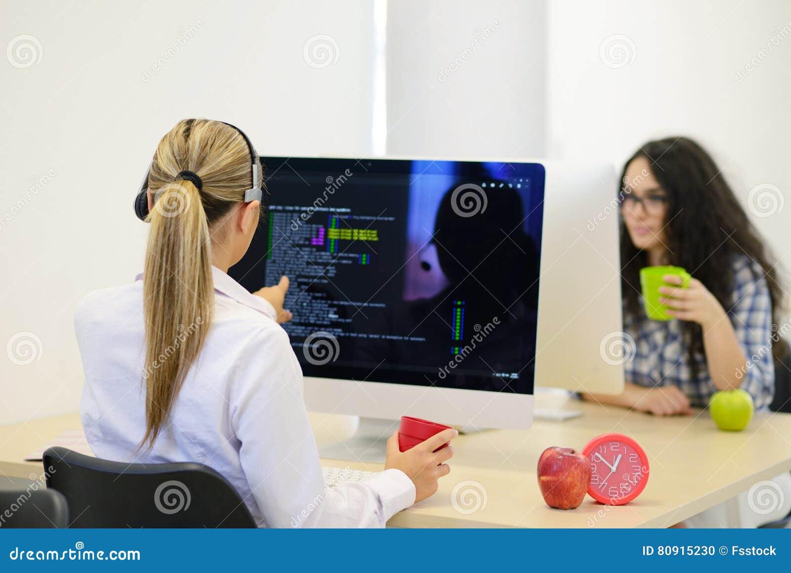 Startzaken, jonge vrouw als softwareontwikkelaar die aan computer op modern kantoor werken