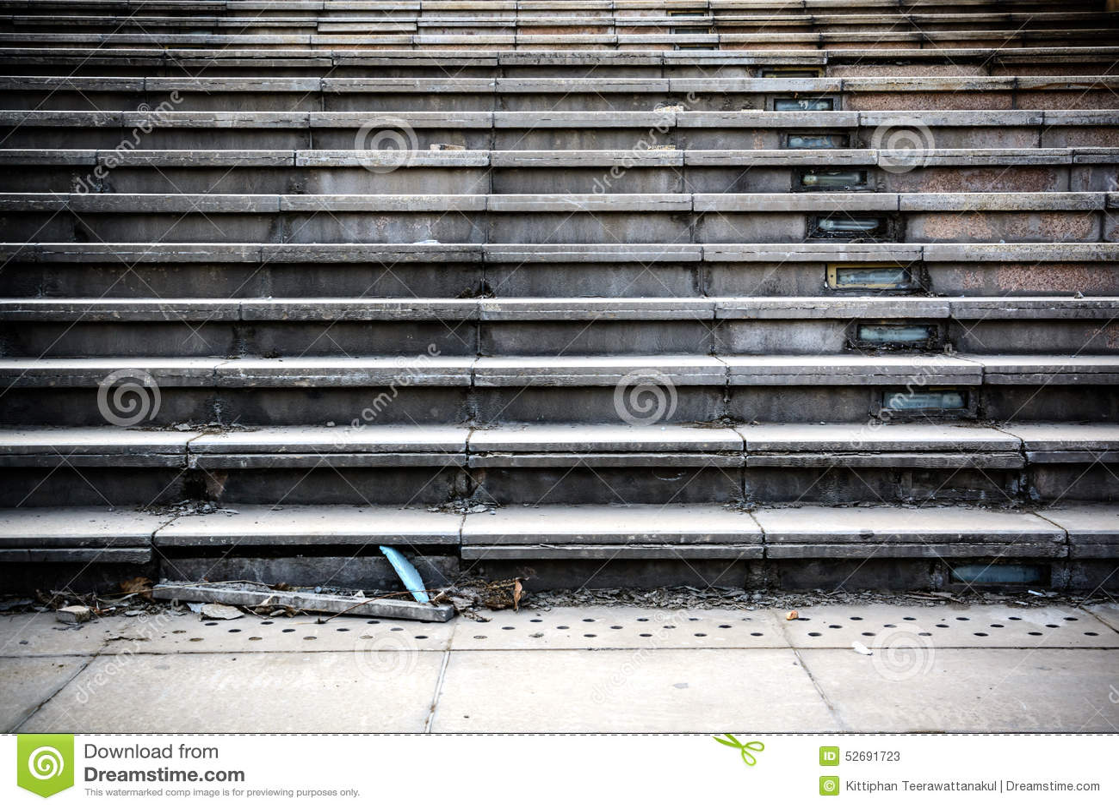 Stary łamający betonowy schody krok