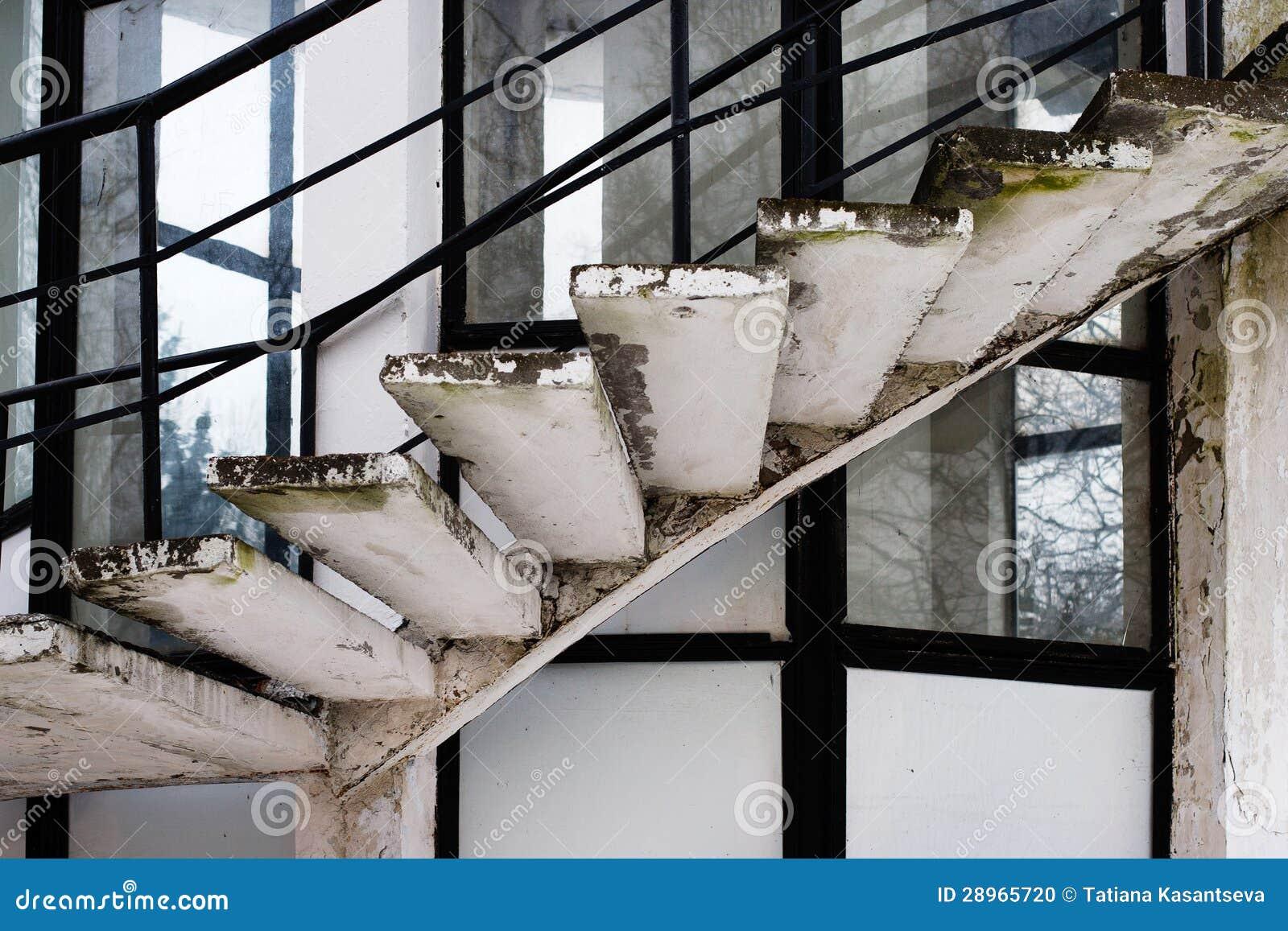 Stary ślimakowaty schody