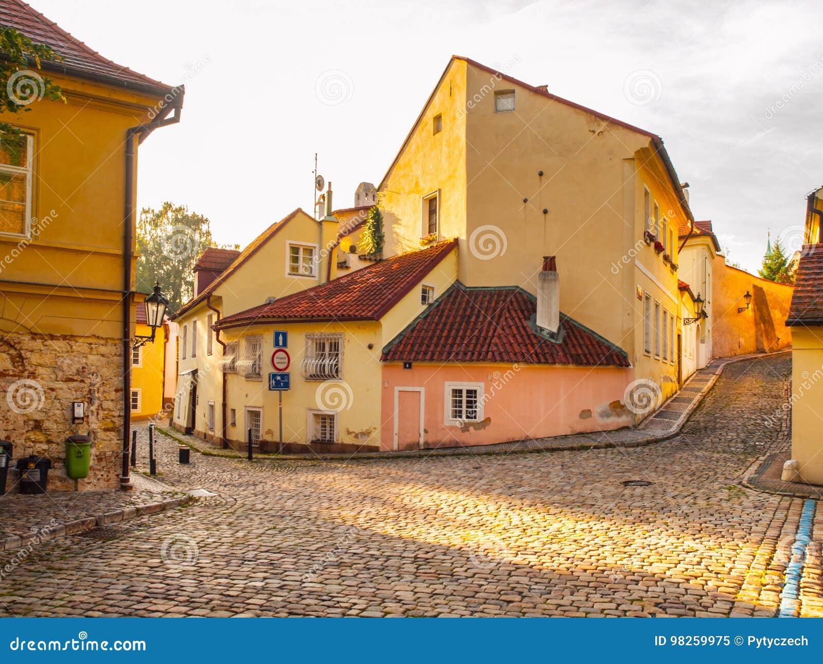 Stary średniowieczny przesmyk brukował ulicznych i małych antycznych domy Novy Svet, Hradcany okręg, Praga, republika czech