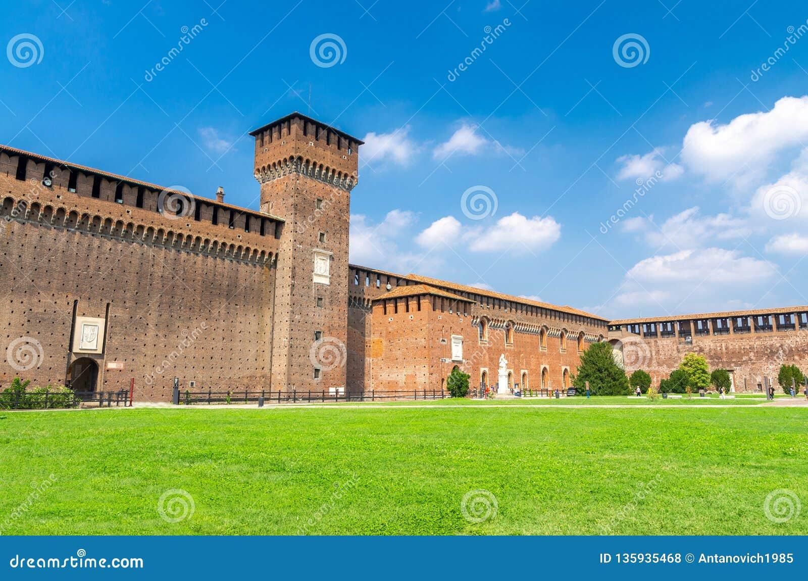 Stary średniowieczny Sforza kasztel Castello Sforzesco i wierza, Mediolan, Włochy
