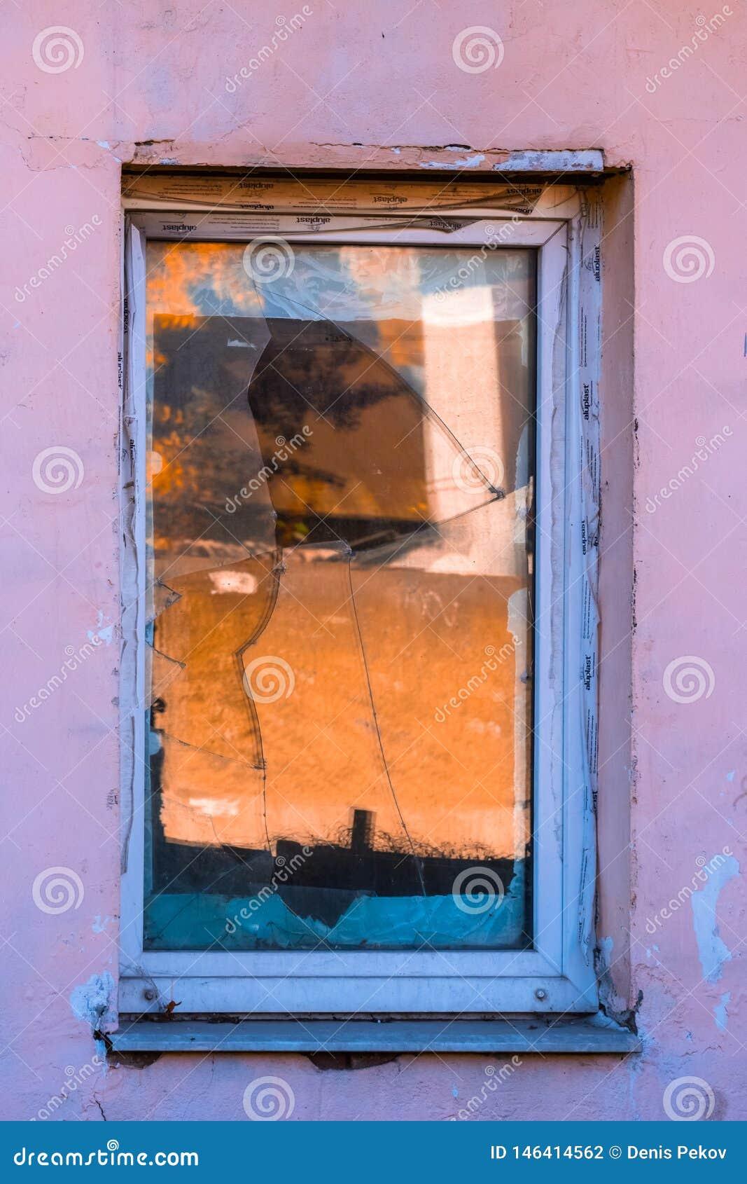 Stary ?amaj?cy okno
