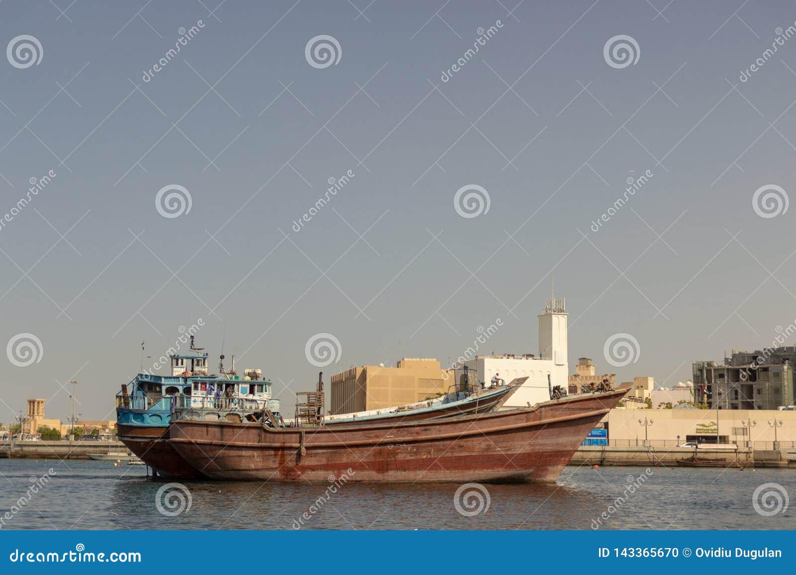 Stary arabski łódkowaty abra dokował w Dubaj, Deira