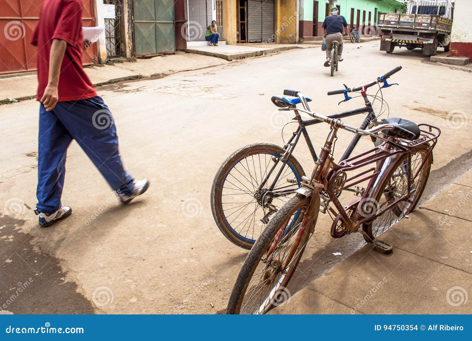 Stary bicykl parkujący na ulicie