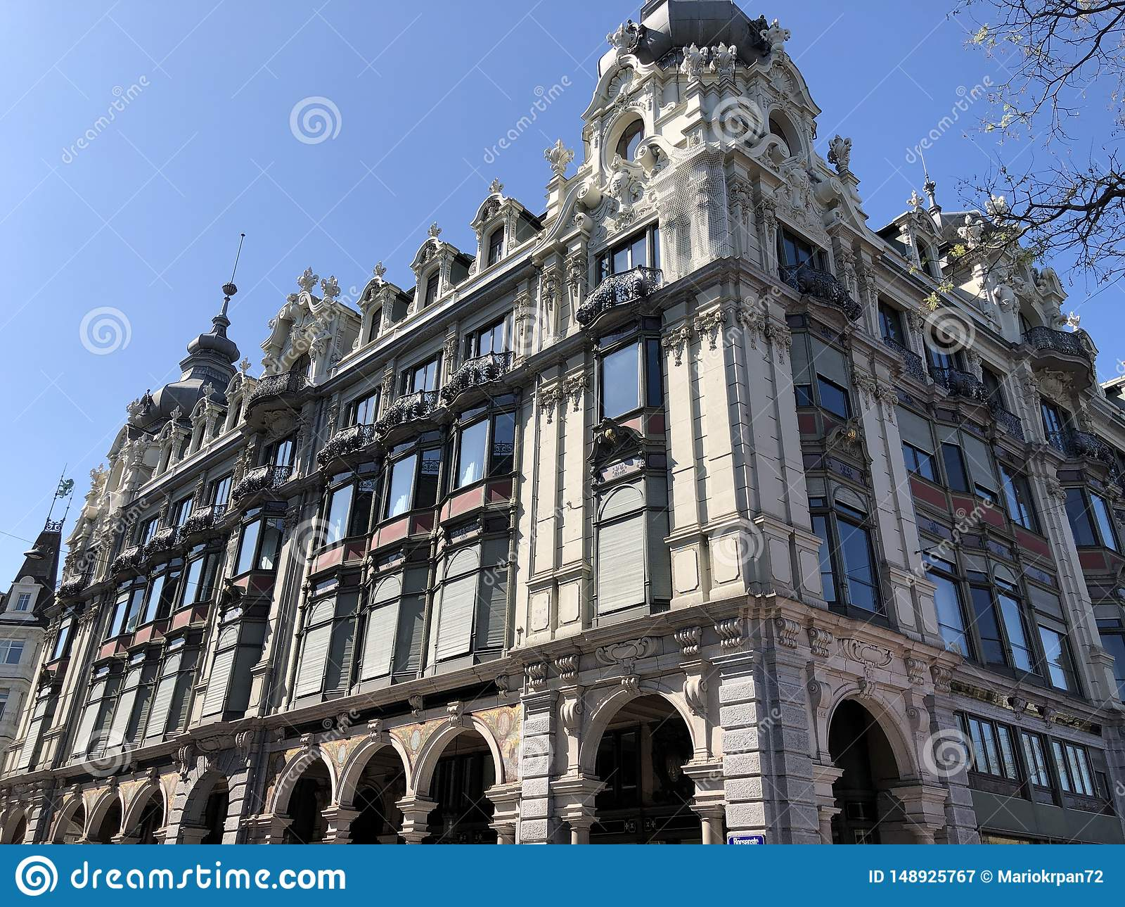 Stary biznesowy pałac w centrum miasta Zurich