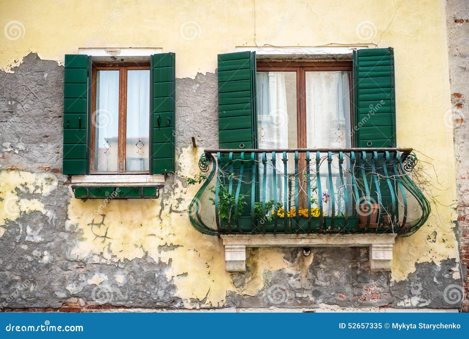 Stary budynek z balkonem w Venezia, Włochy