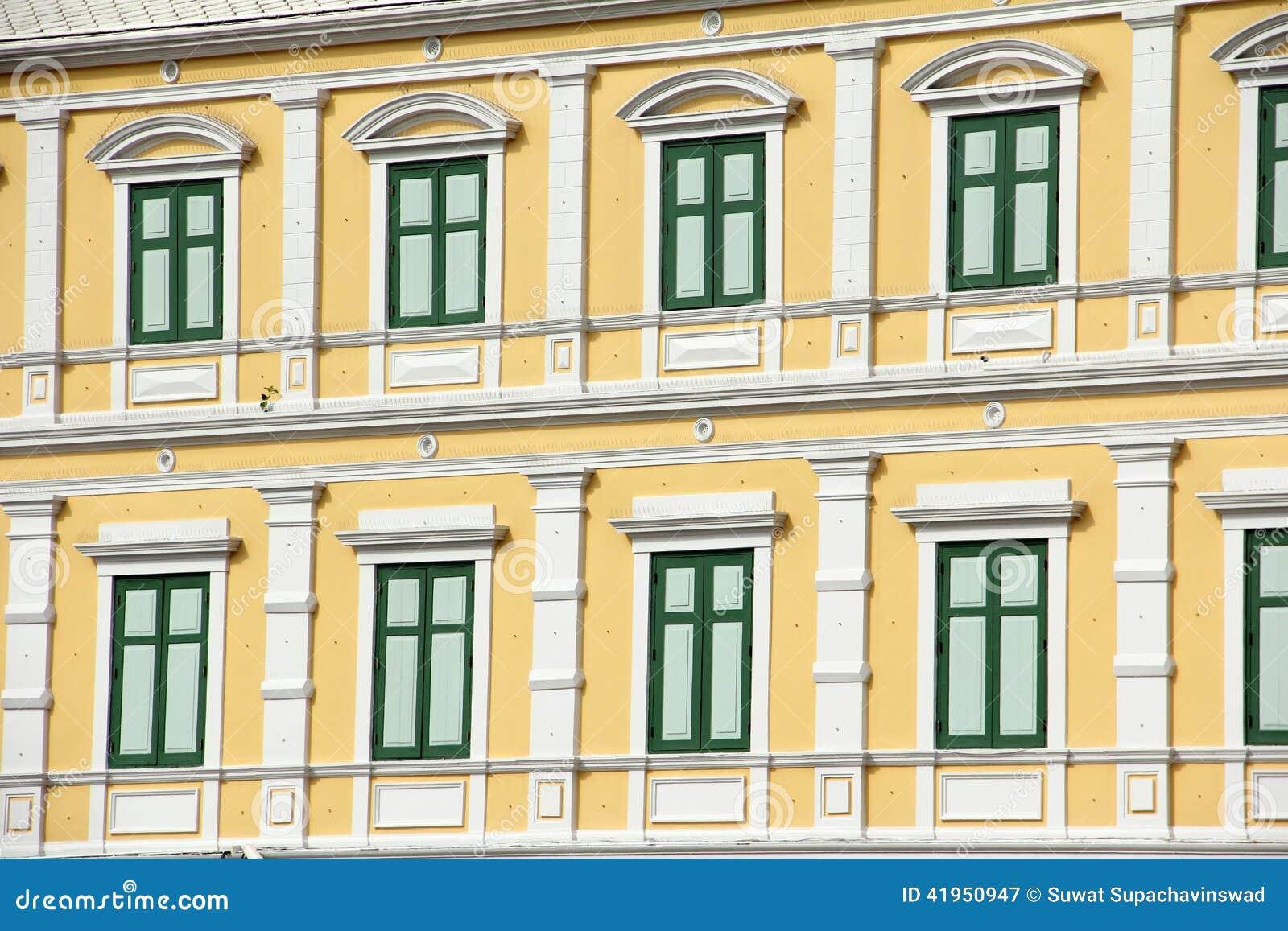 Stary budynku zielonego koloru nadokienny projekt