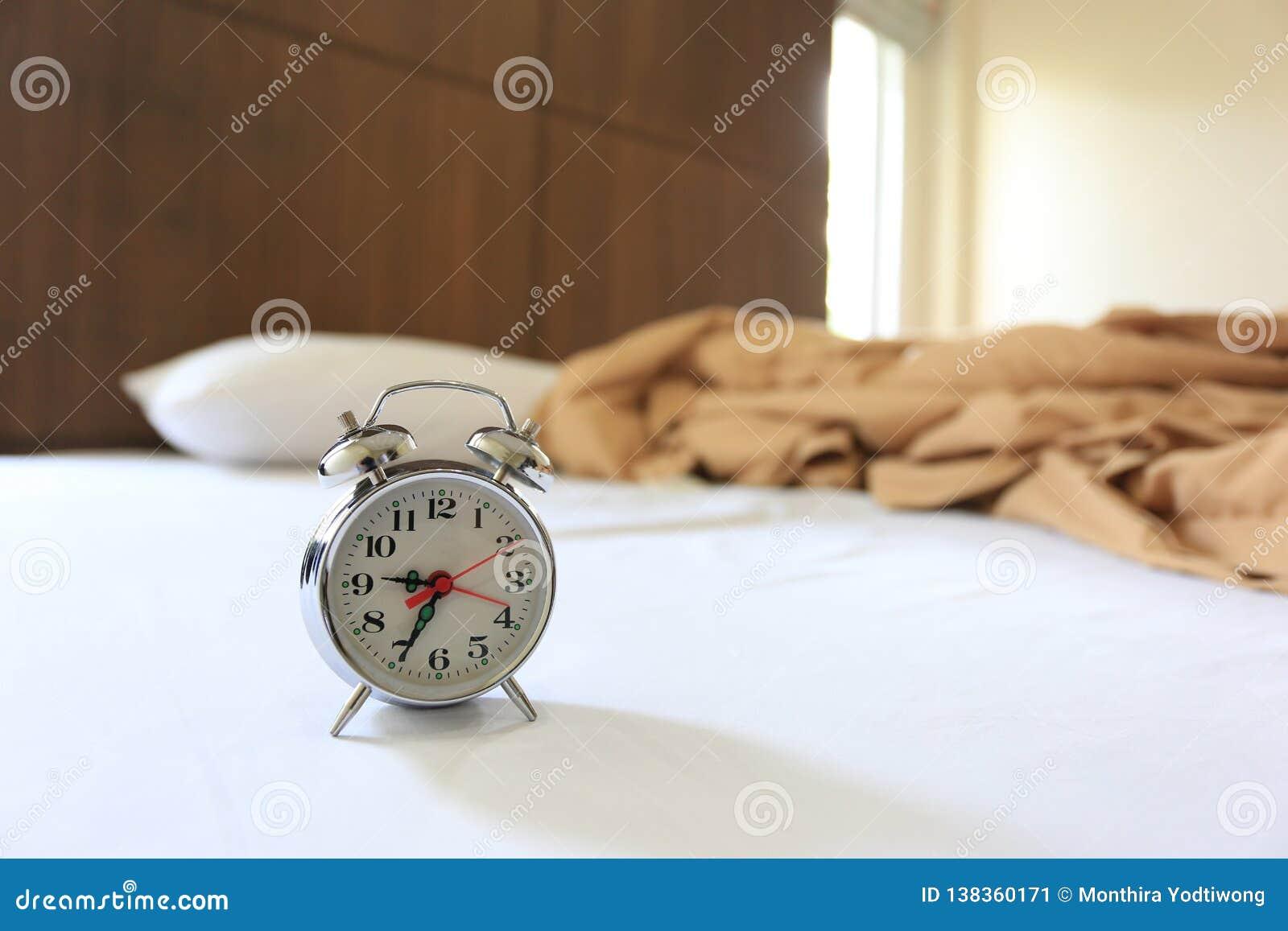 Stary budzik na łóżku w sypialni