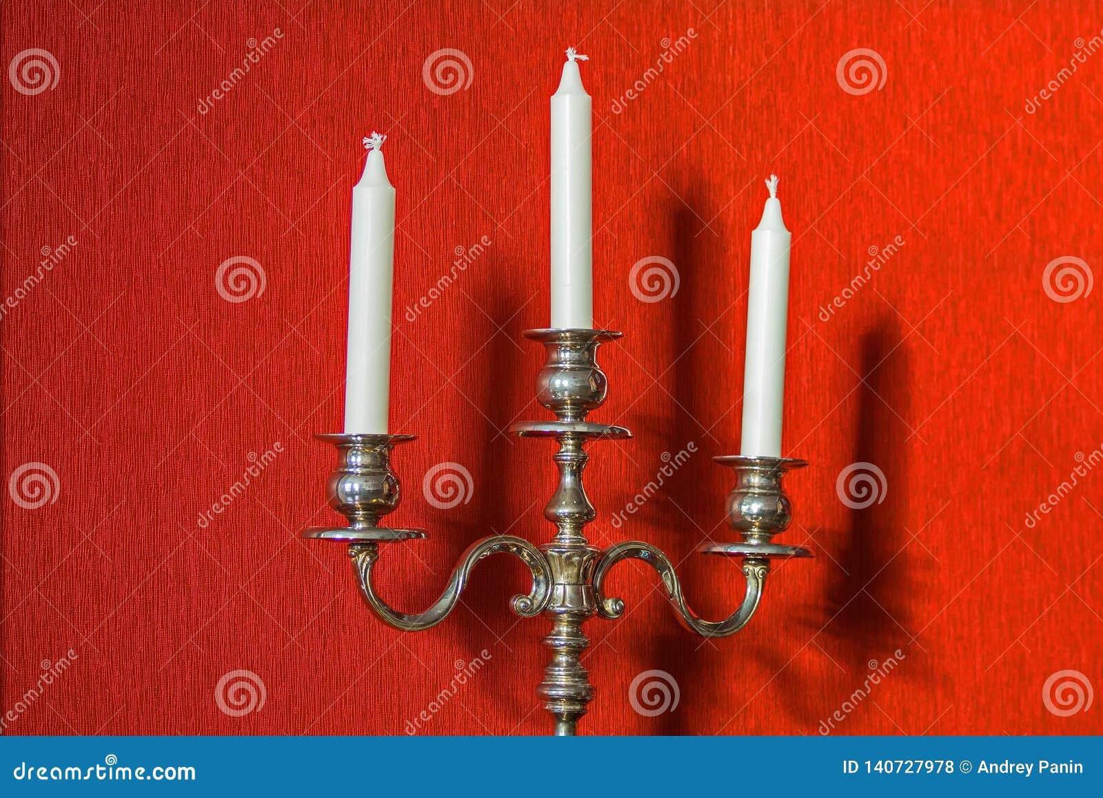 Stary candlestick i swój cień na ścianie