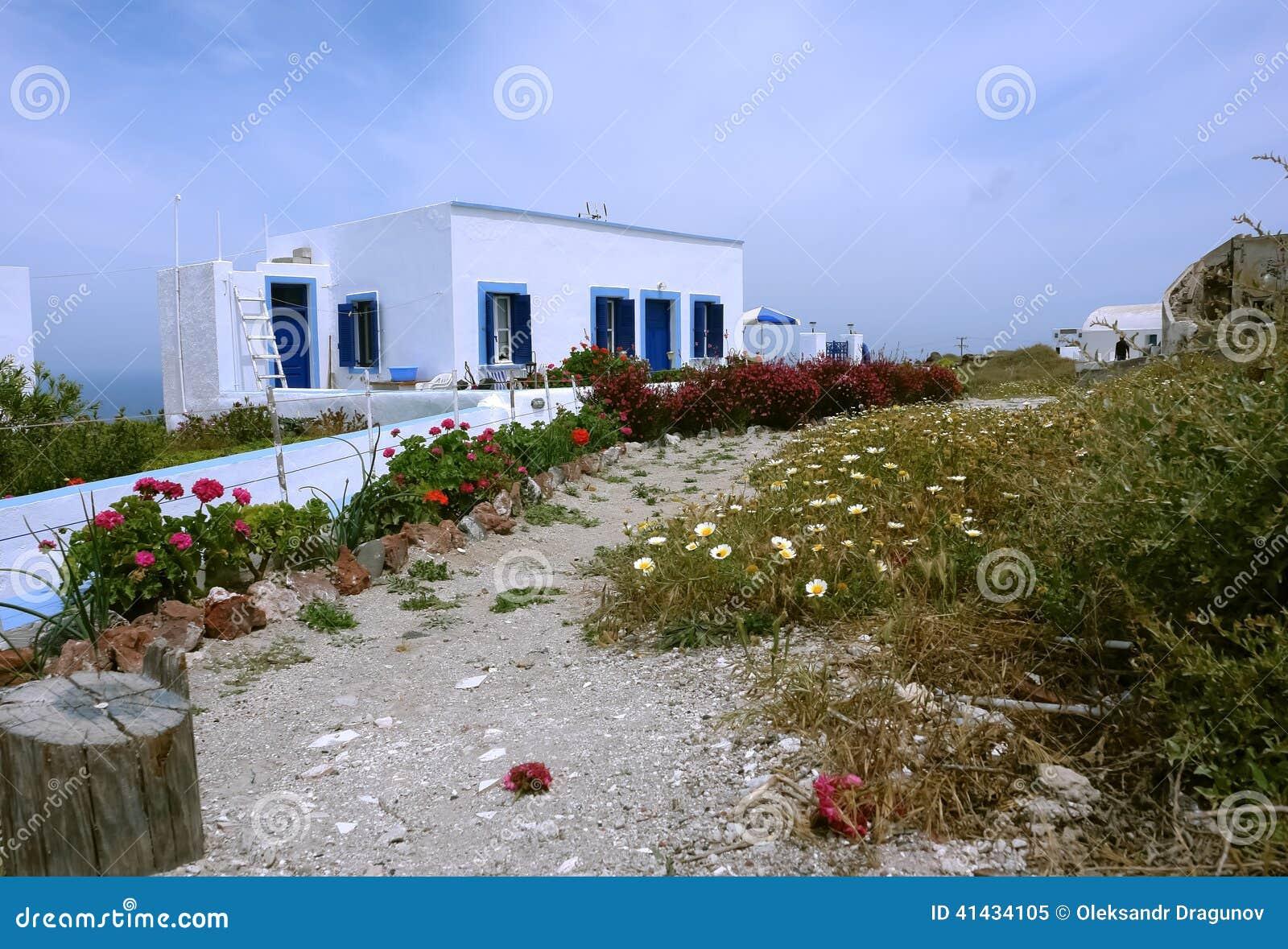 Stary dom i kwiaty na Santorini wyspie