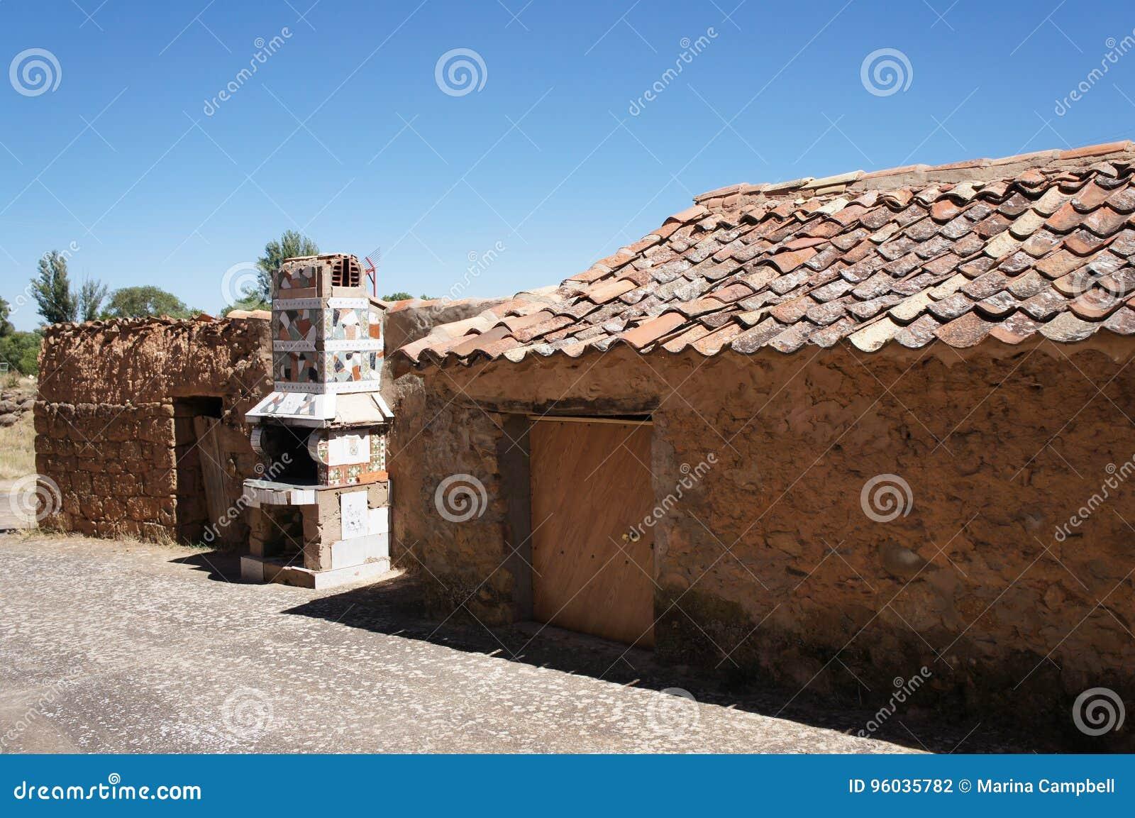 Stary dom w Hiszpańskiej wiosce, dom z ceramiczną kuchenką