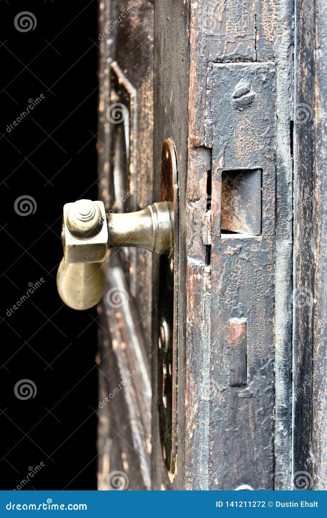 Stary drewniany drzwi który patrzeje antycznym