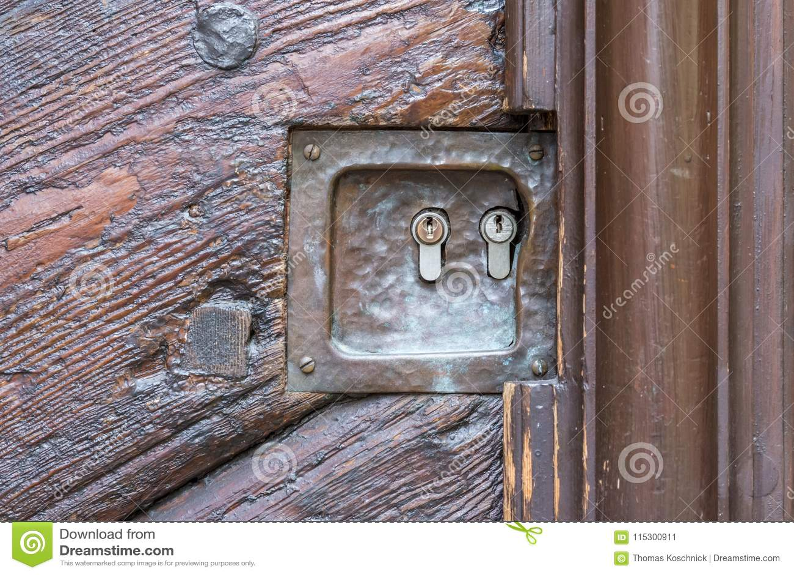 Stary drewniany drzwi z dwa kędziorkami