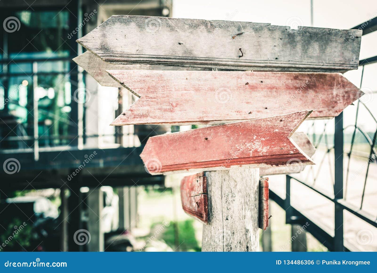 Stary drewniany strzałkowaty drogowy znak