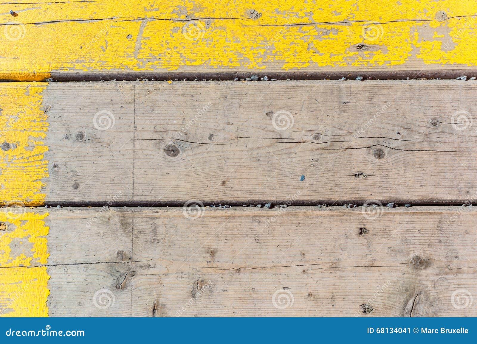 Stary drewniany tekstury tło z żółtą farbą