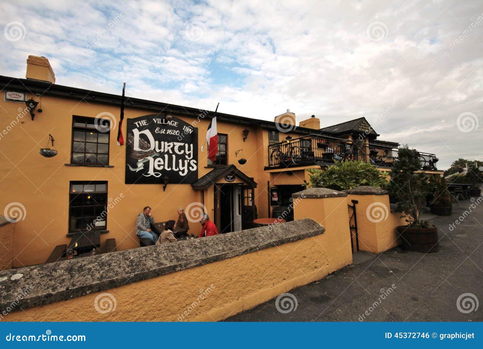 Stary Durty Nelly pub w Bunratty, Irlandia
