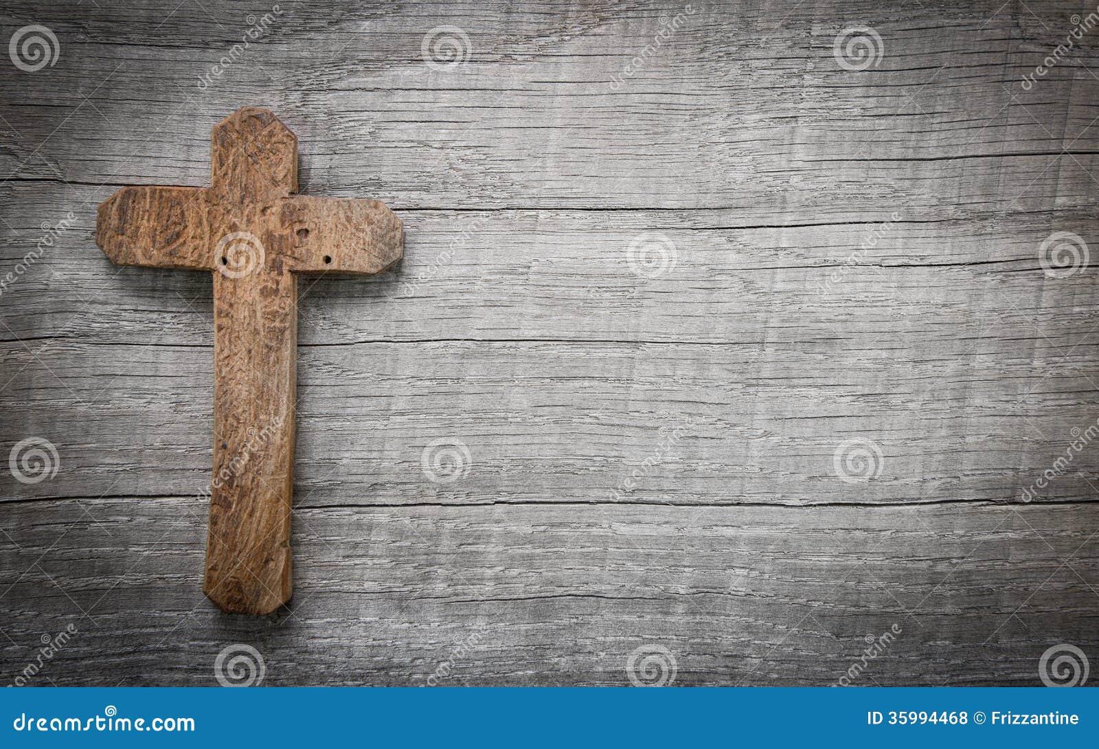 Stary i drewniany krzyż na tle