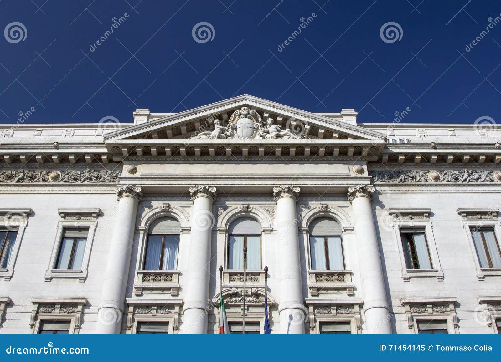 Stary i klasyczny banka budynek