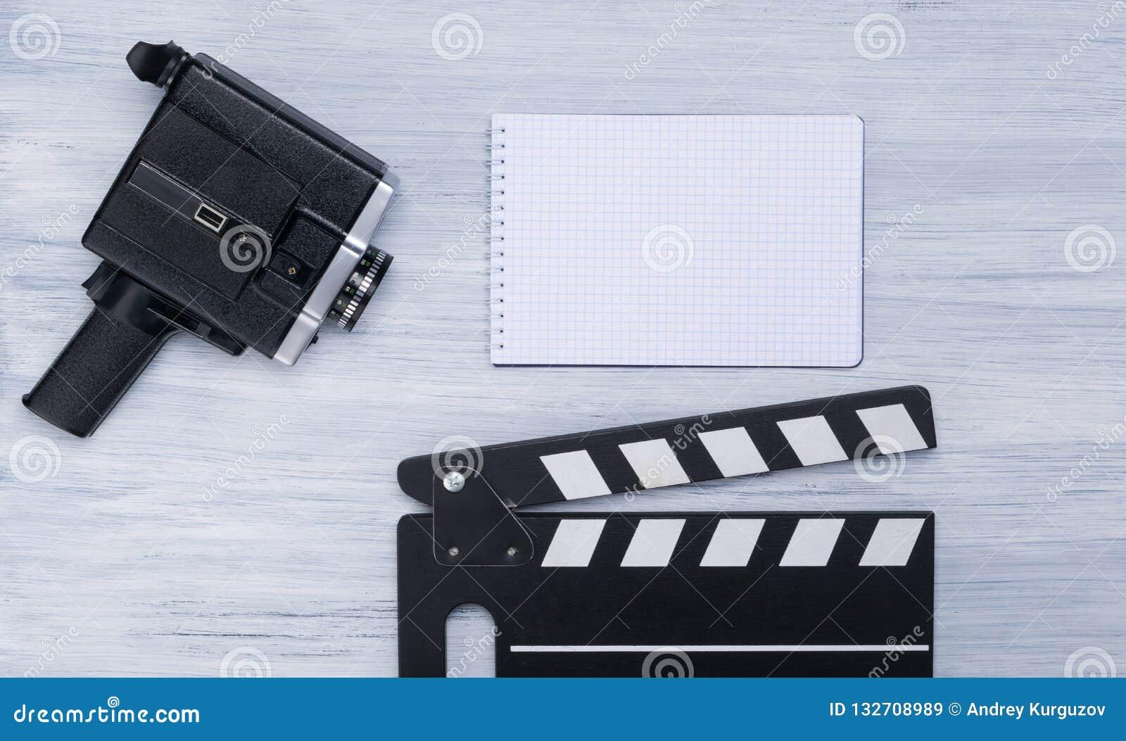 Stary kamera wideo, kopia dla strzelać i notatnik z miejscem dla pisać na świetle, - szary tło