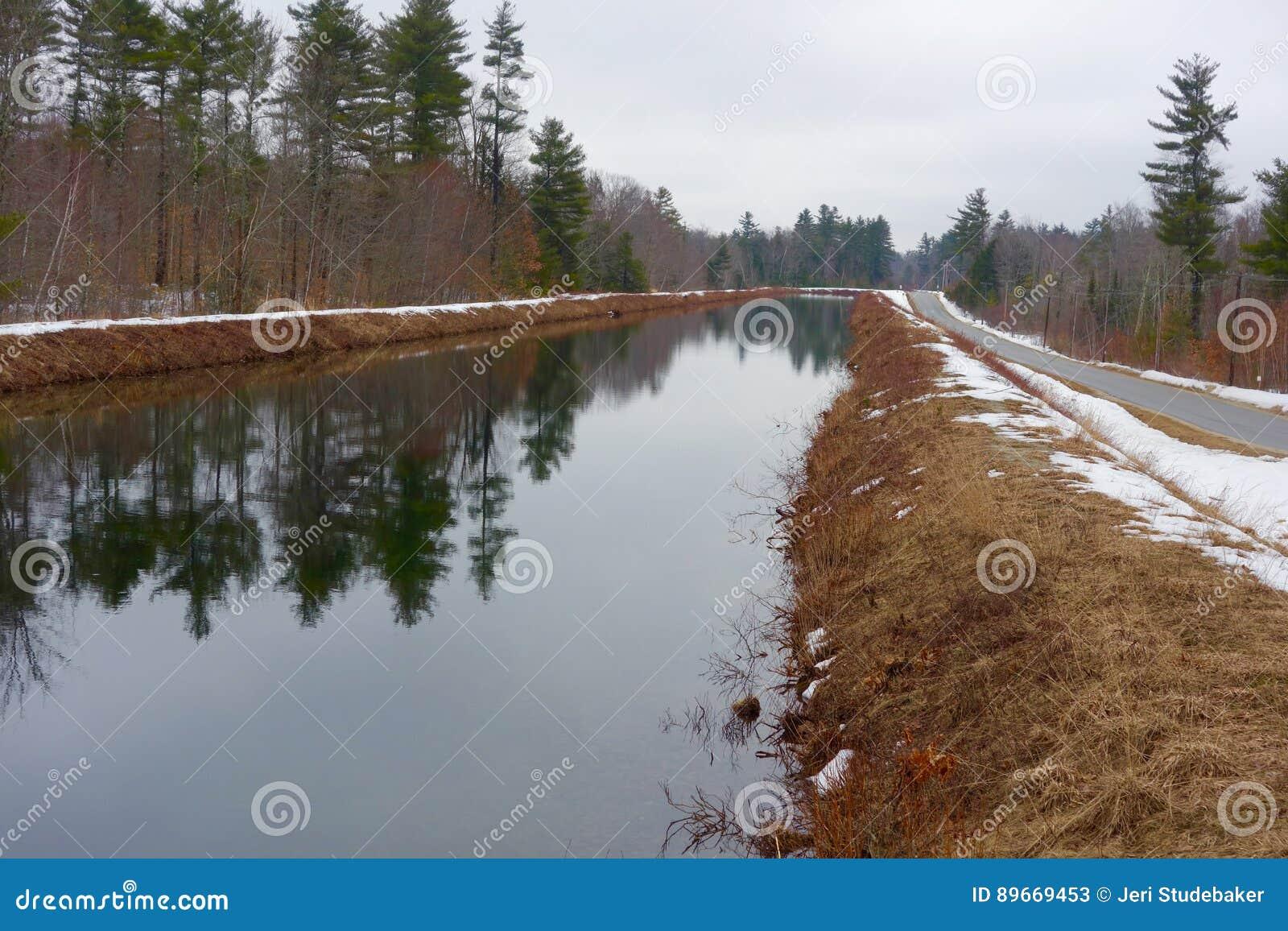 Stary kanał na zima dniu