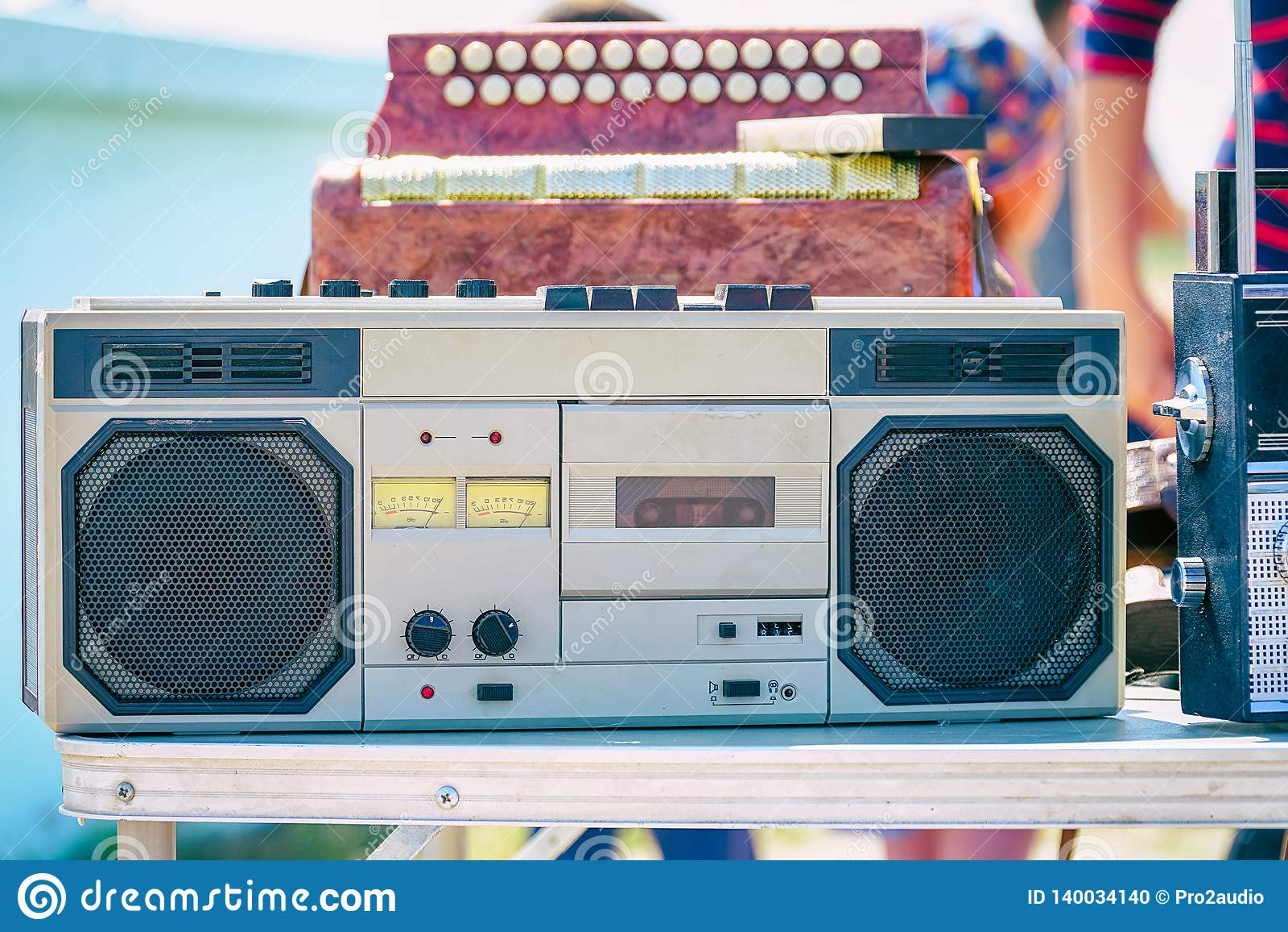 Stary kaseta pisak srebny kolor na stole