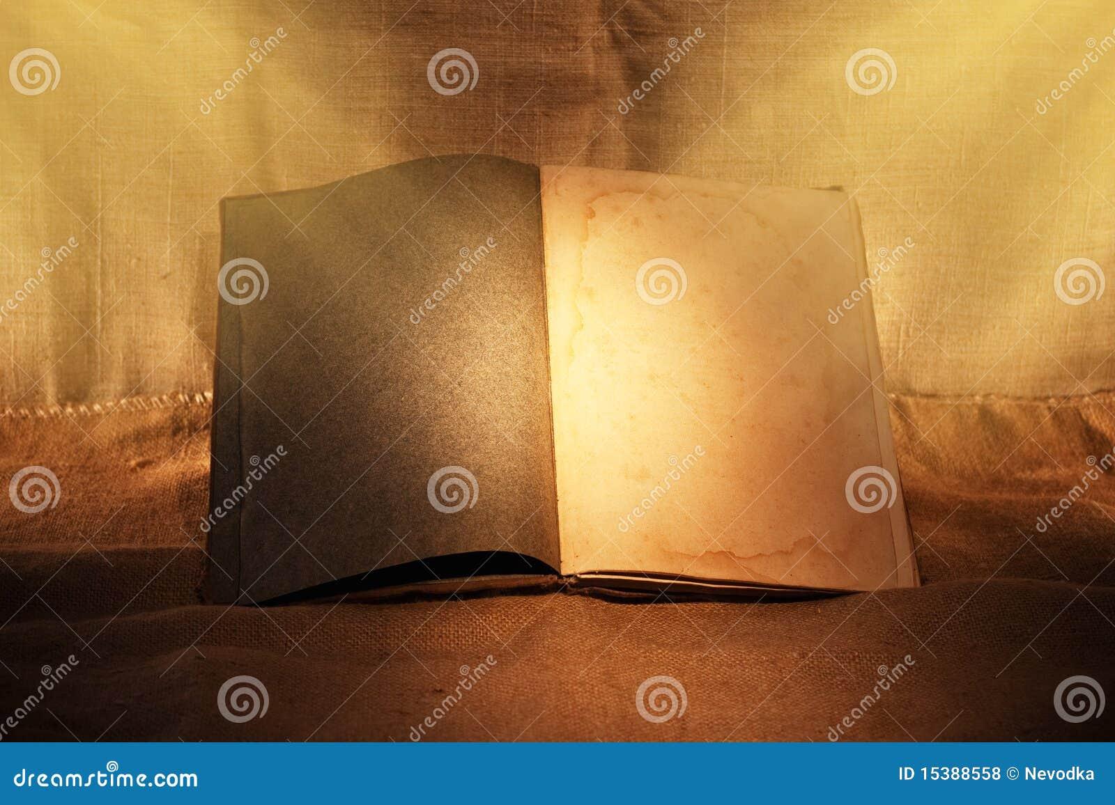 Stary książki nastrojowy światło