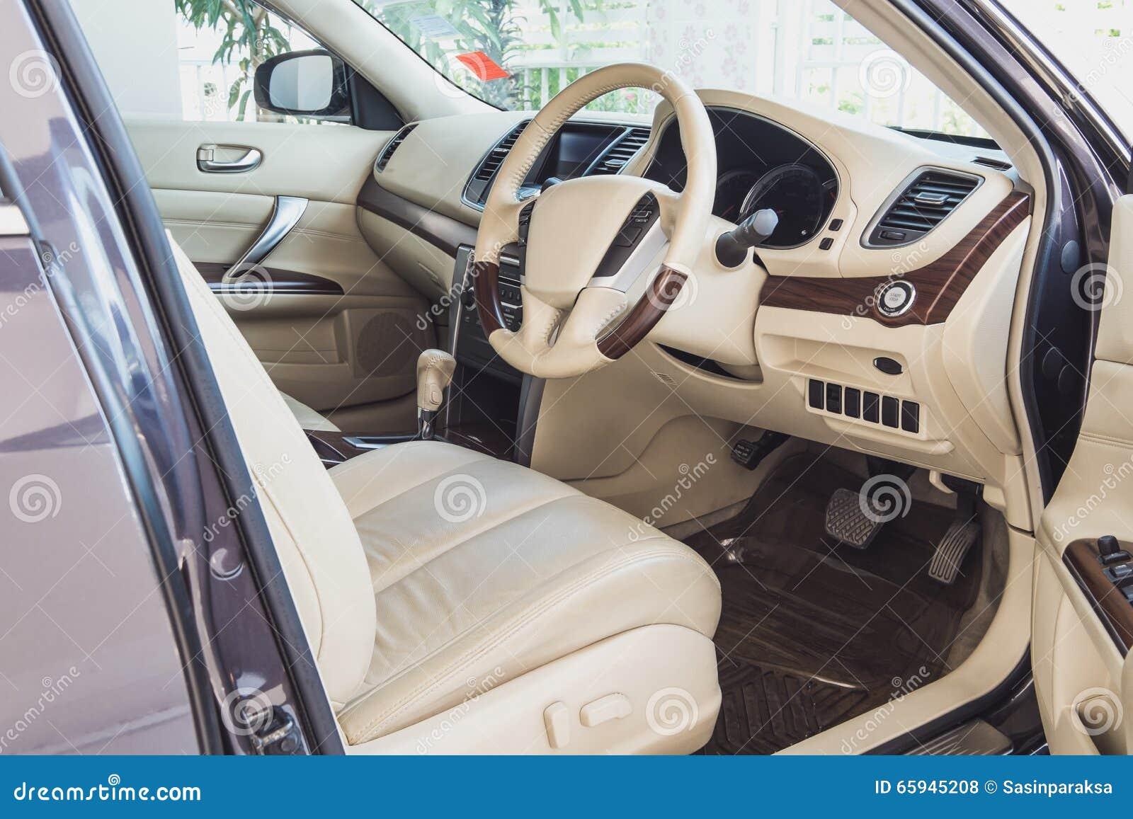 Stary luksusowy nowożytny samochodowy wnętrze, beżowy kolor