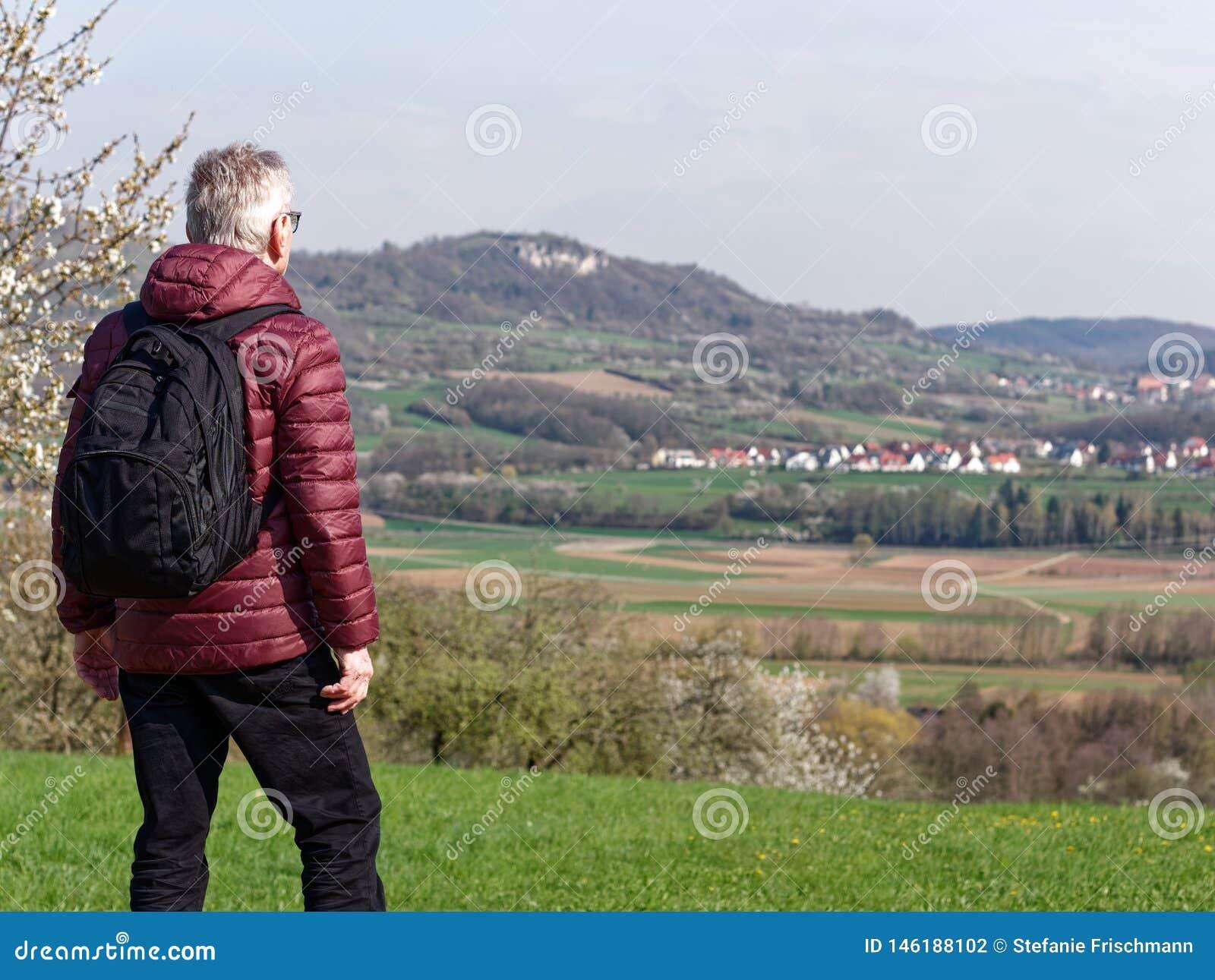 Stary mężczyzna cieszy się pięknego krajobraz