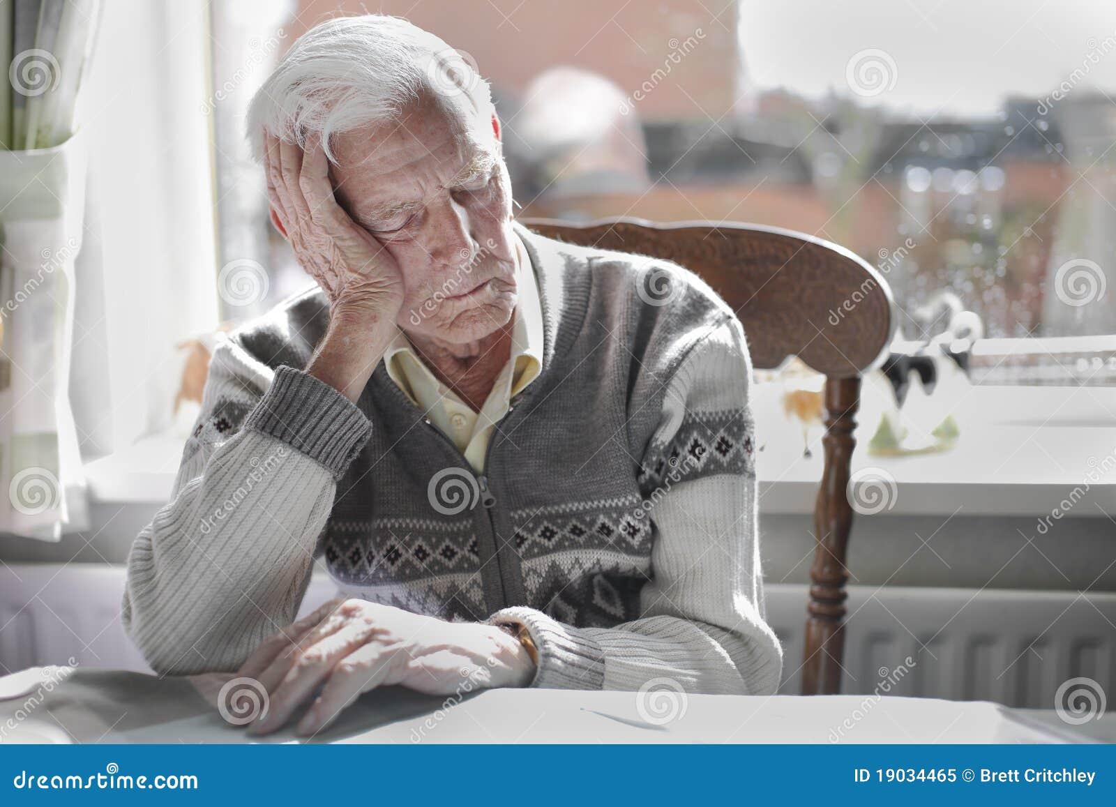 Stary mężczyzna dosypianie