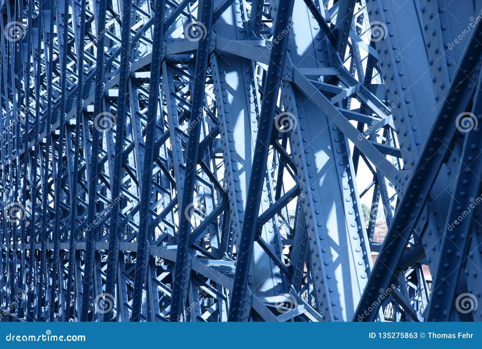 Stary metalu most wewnątrz