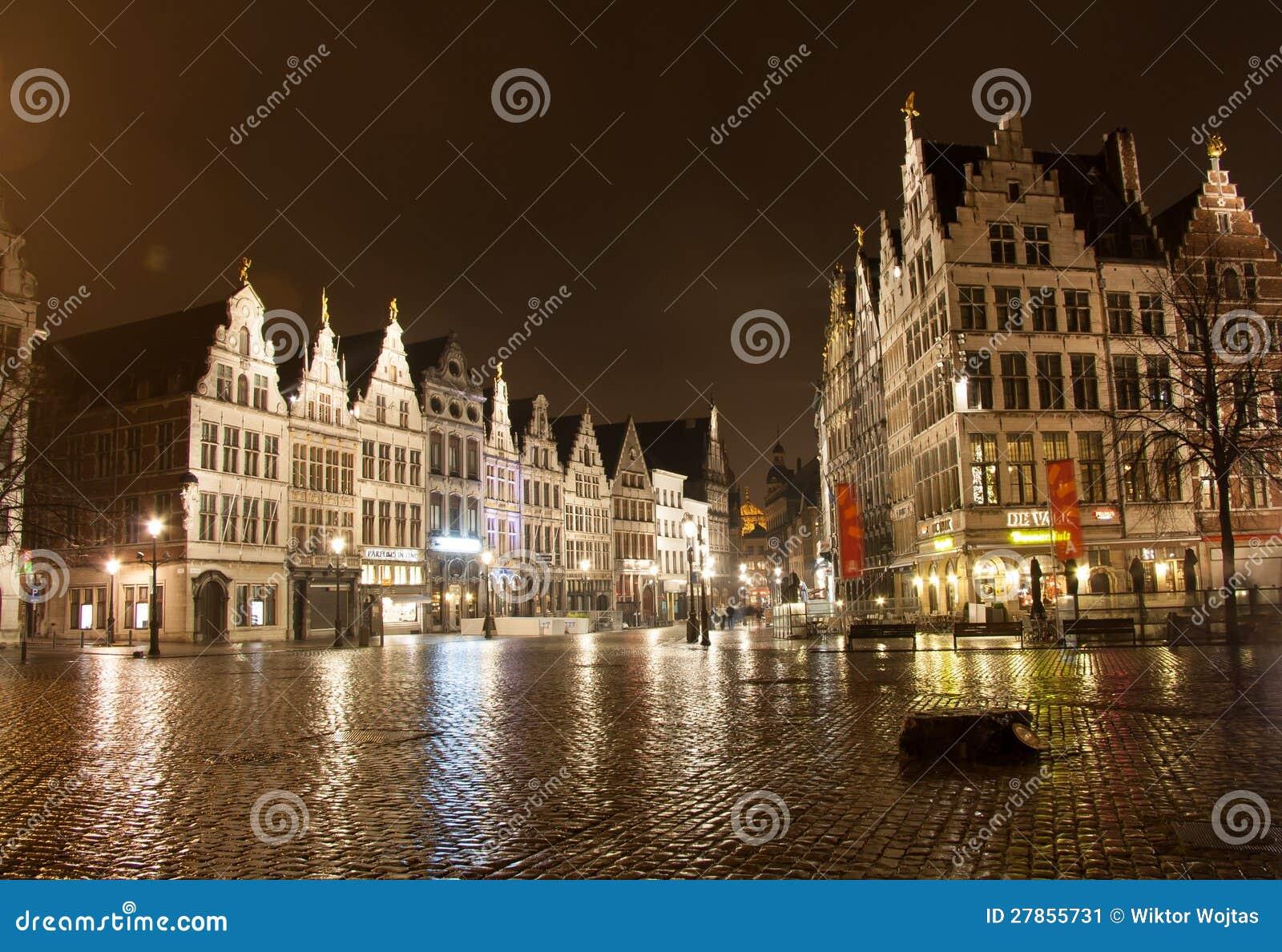 Stary miasteczko w Antwerp przy noc - Belgia -