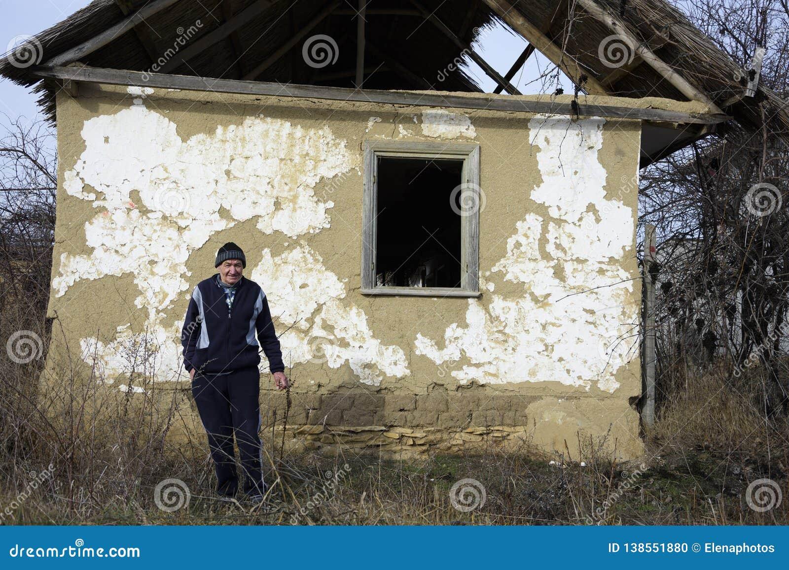 Stary mieszkaniec przed starym domem Jurilovca