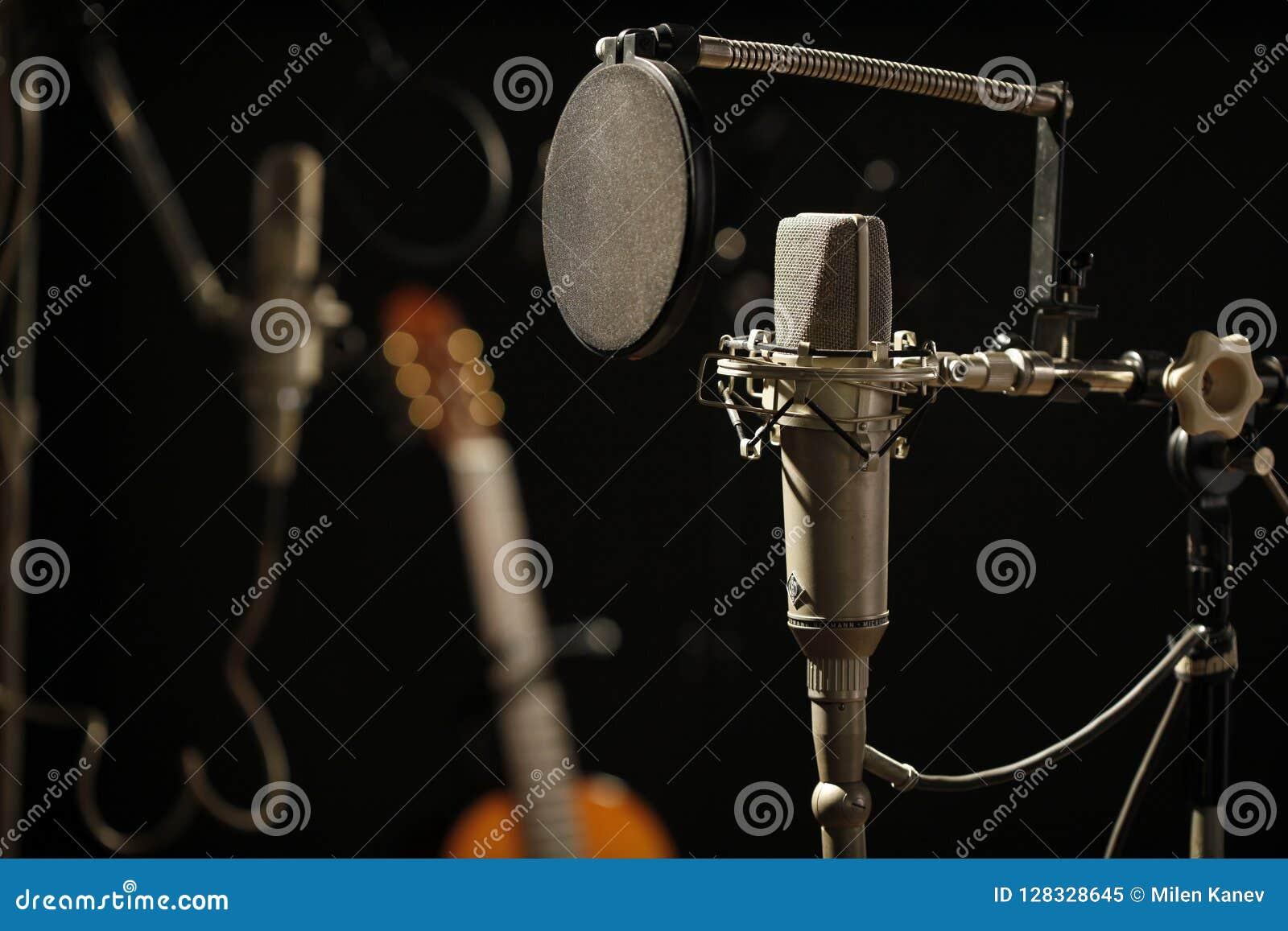 Stary mikrofon w Ciemnym studiu nagrań